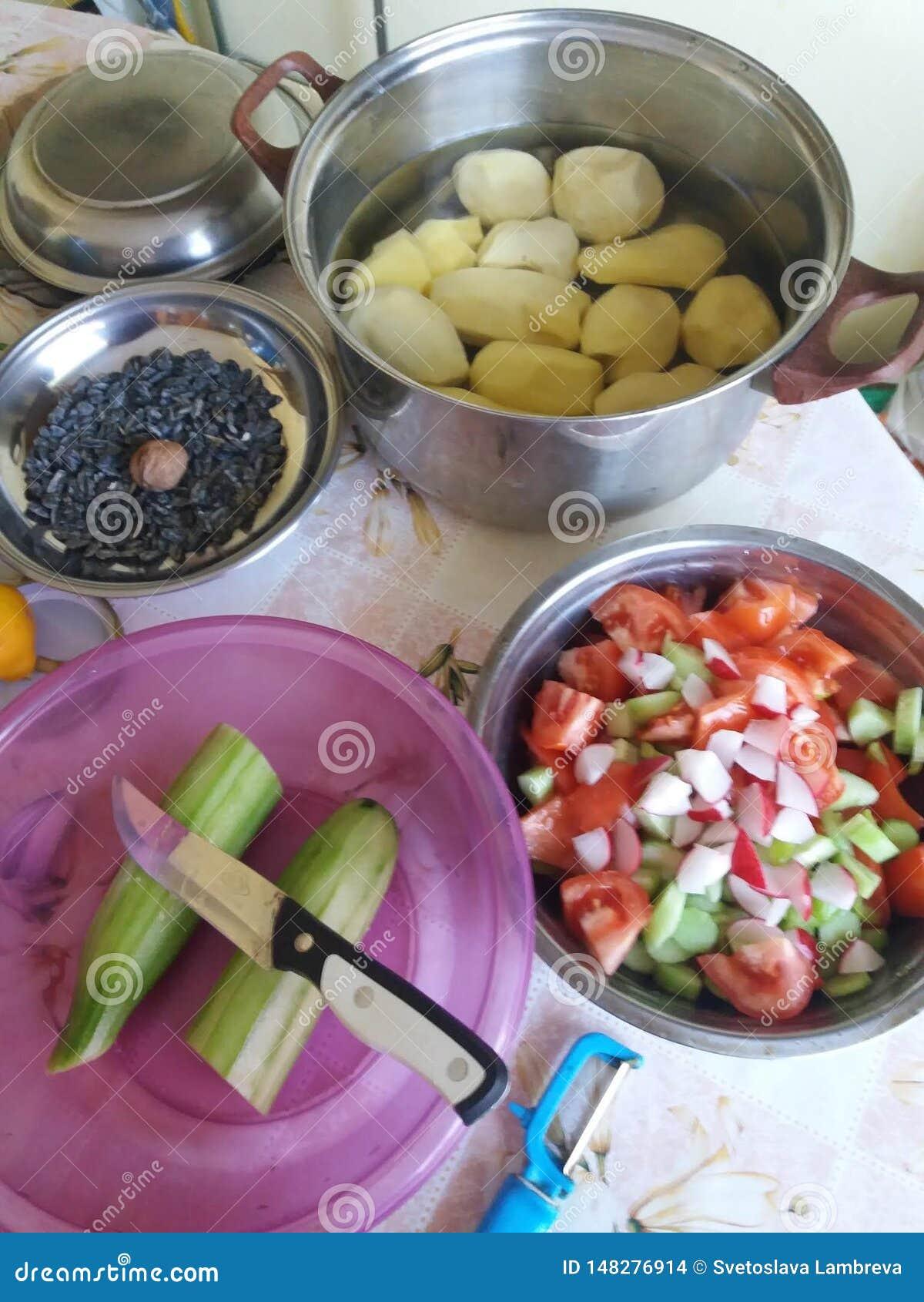 Preparazione di alimento per la festa di compleanno Insalate e carote e patate