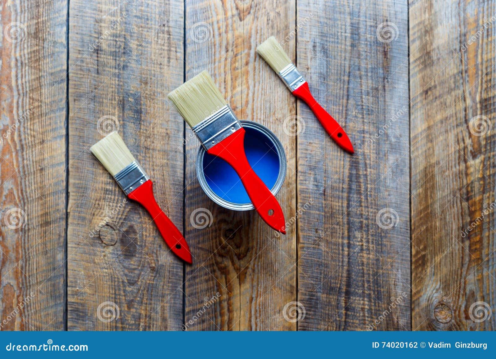 Preparazione per la verniciatura del pavimento di legno a casa con ...