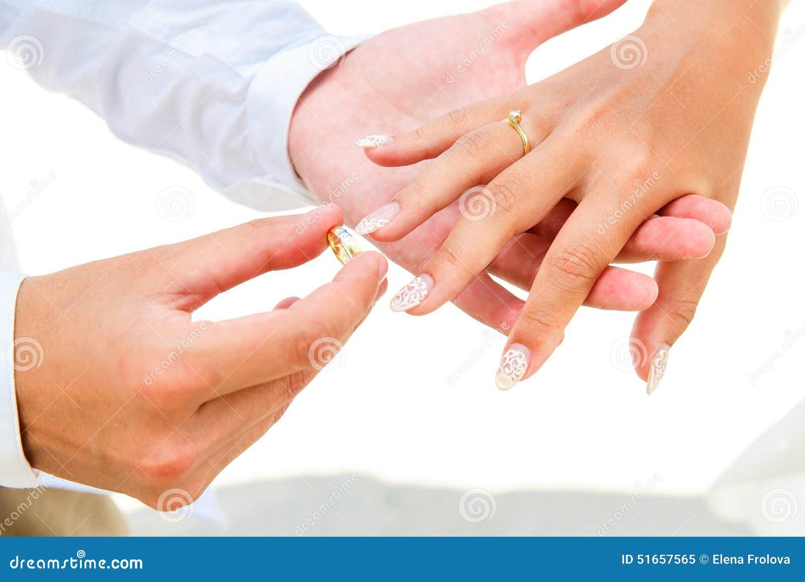 Prepare el donante de un anillo de compromiso a su novia debajo del deco del arco