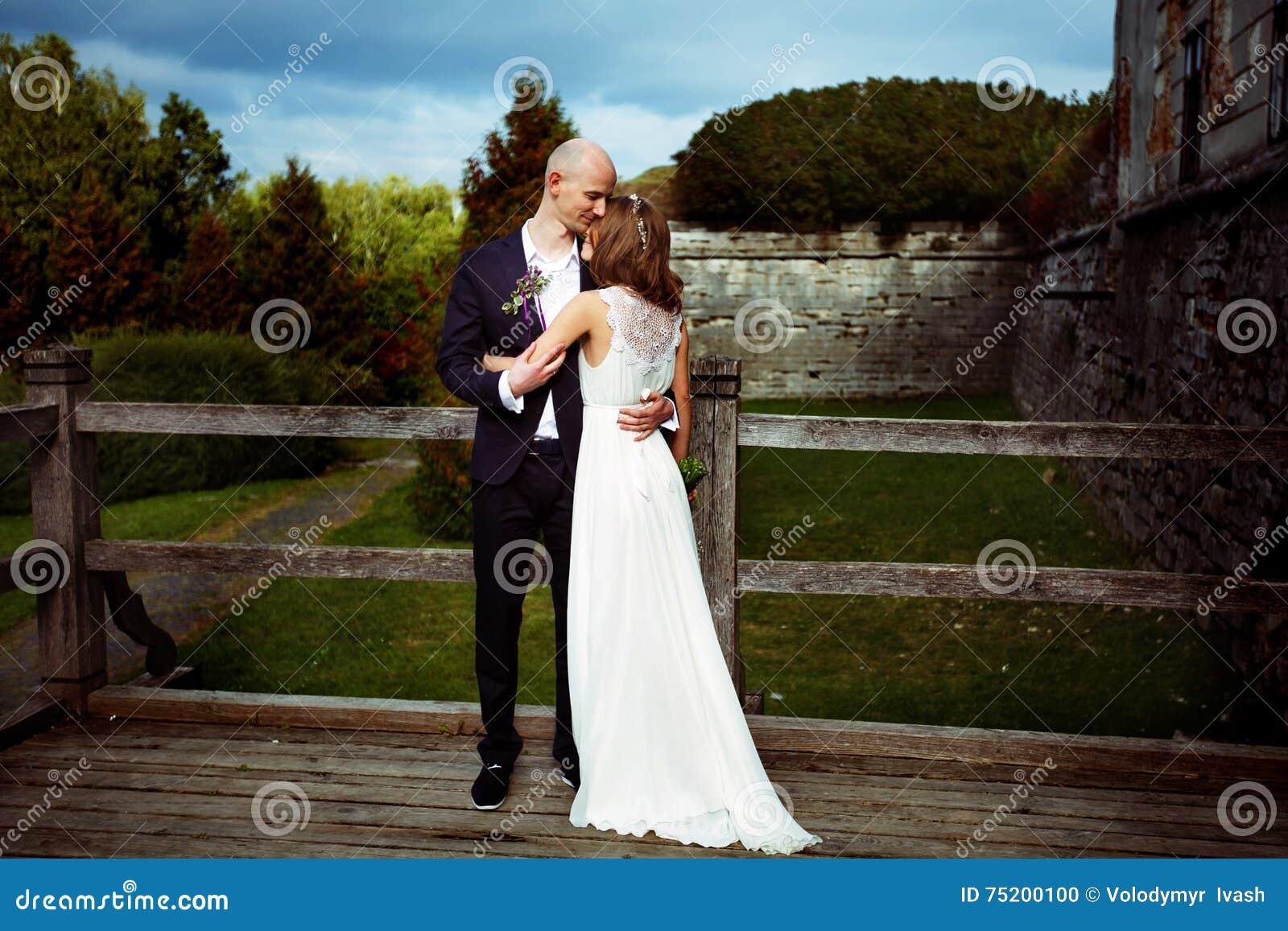Prepare a la novia de los controles blando en sus brazos que se colocan en un de madera viejo