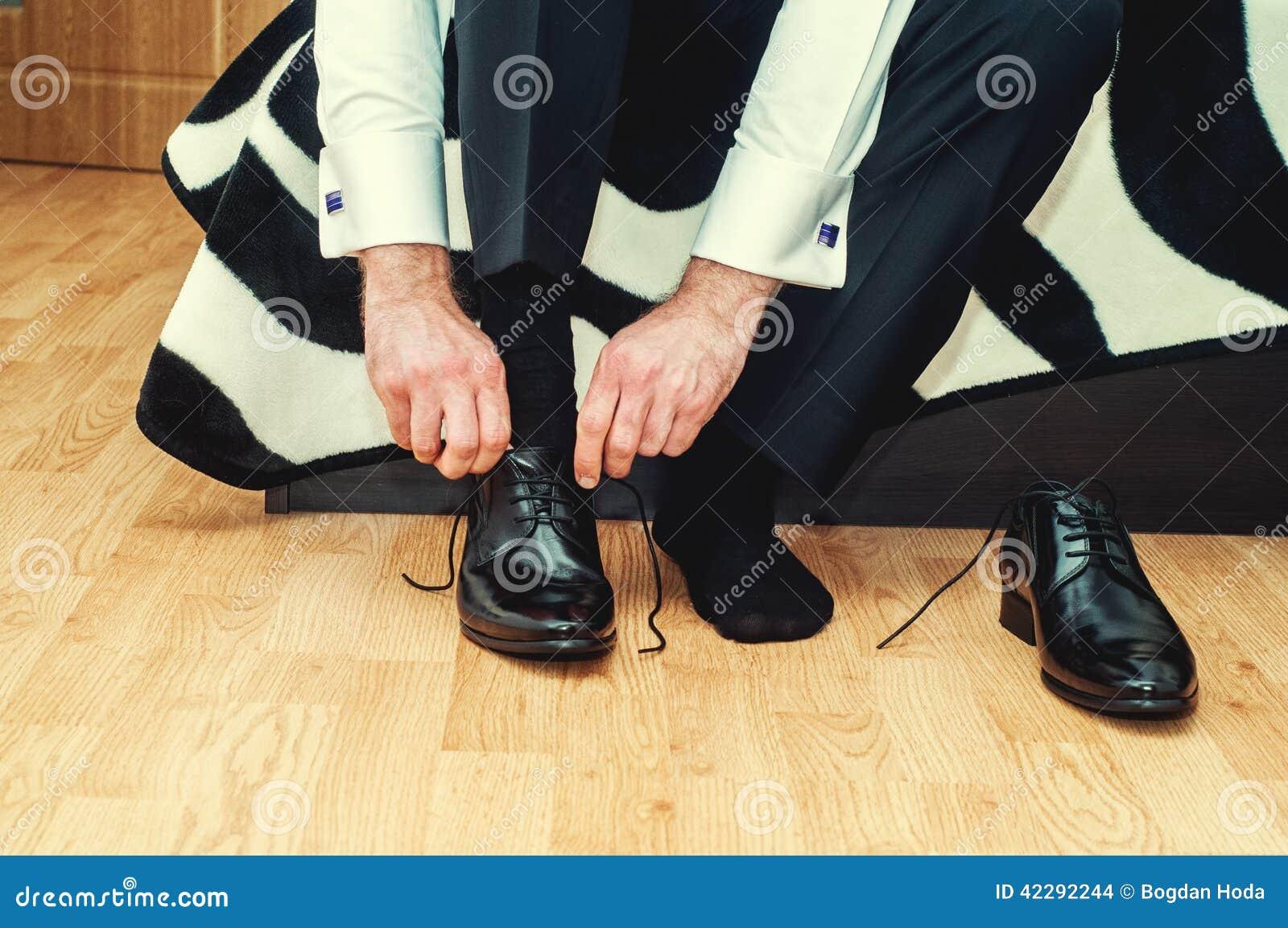Prepare los zapatos que llevan el día de boda, atando los cordones, preparándose
