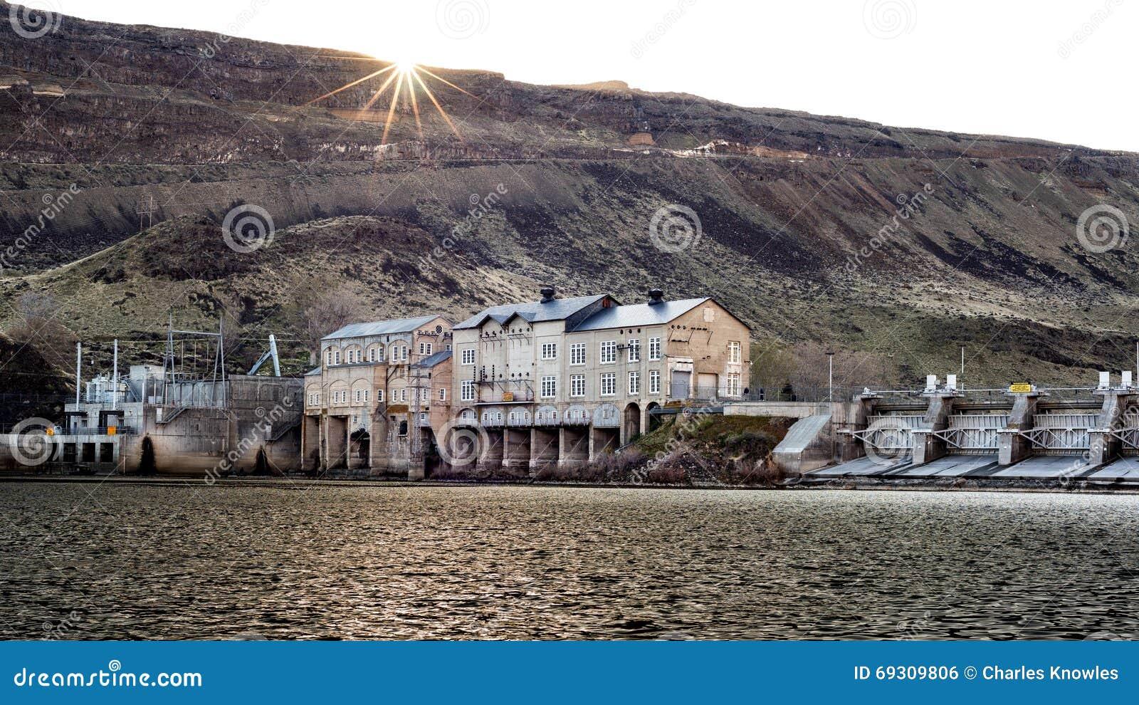 Presa en el río salvaje de Sanke en Idaho con la estrella del sol