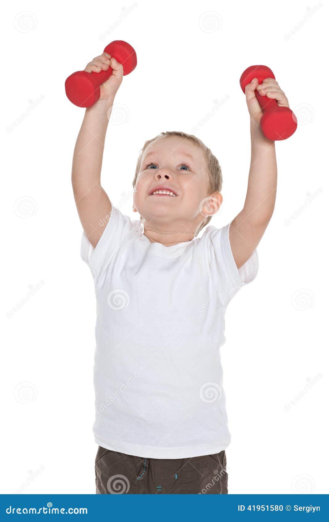 Preschool chłopiec robi ranków ćwiczeniom