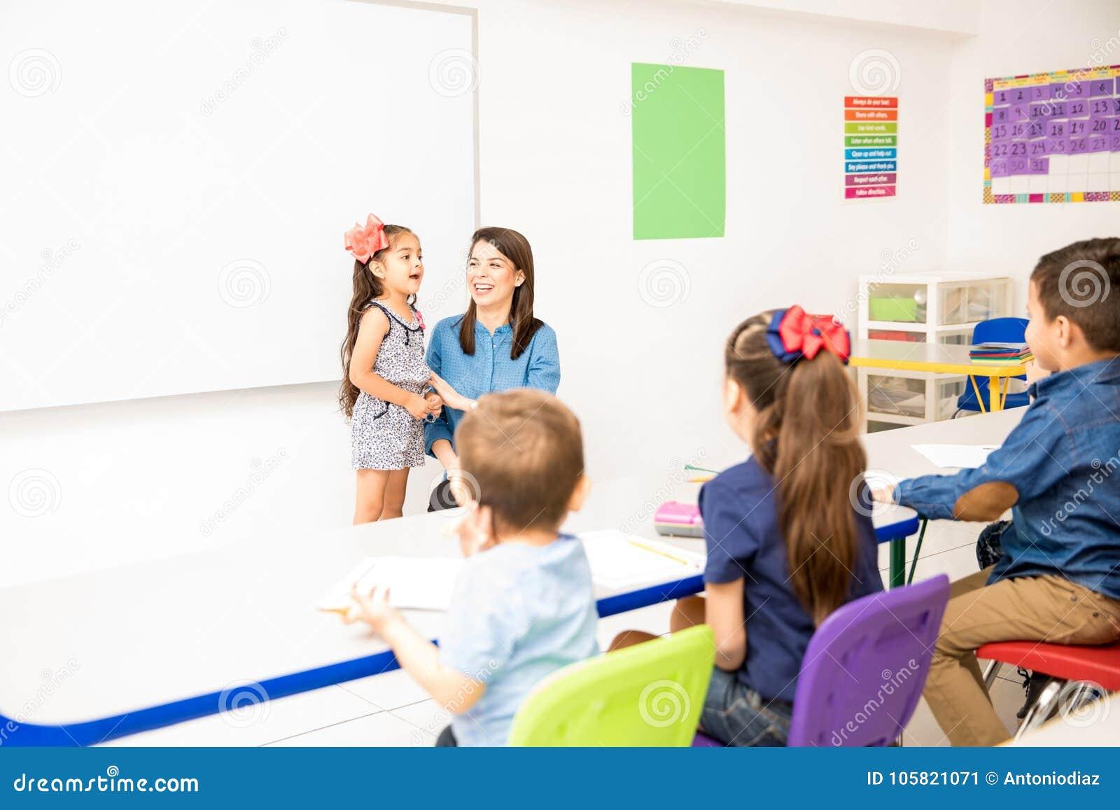 Preschool Uczeń Recytuje Wiersz Obraz Stock Obraz Złożonej