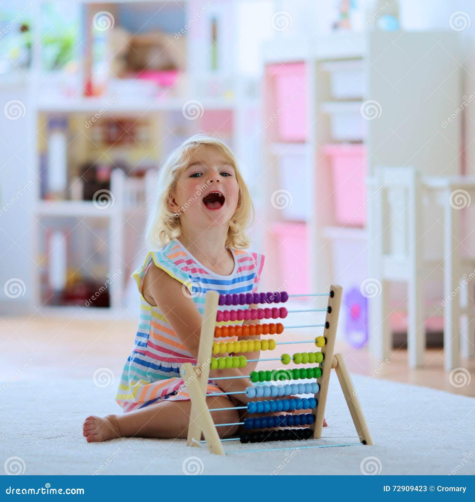 Preschooler dziewczyna bawić się z abakusem