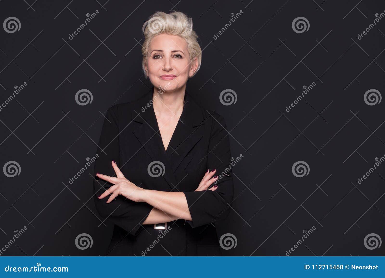 Presentación envejecida centro hermoso rubio elegante de la señora