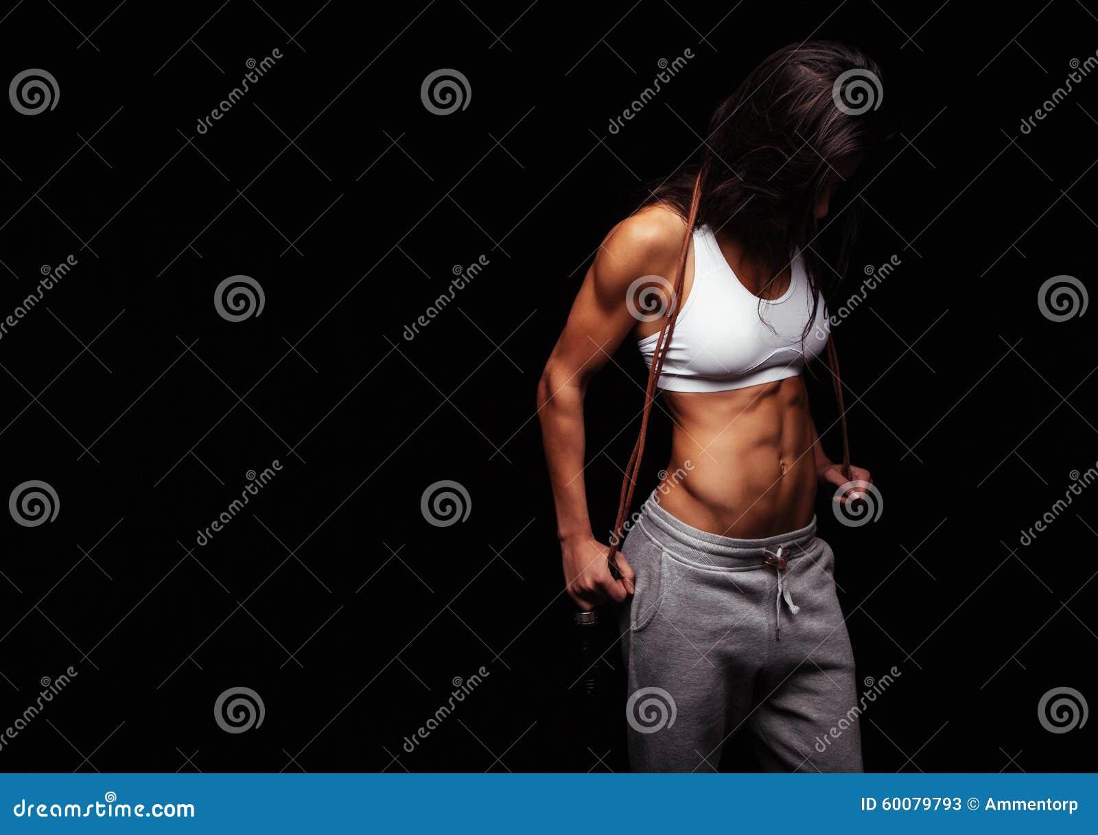 Presentación femenina muscular con la comba
