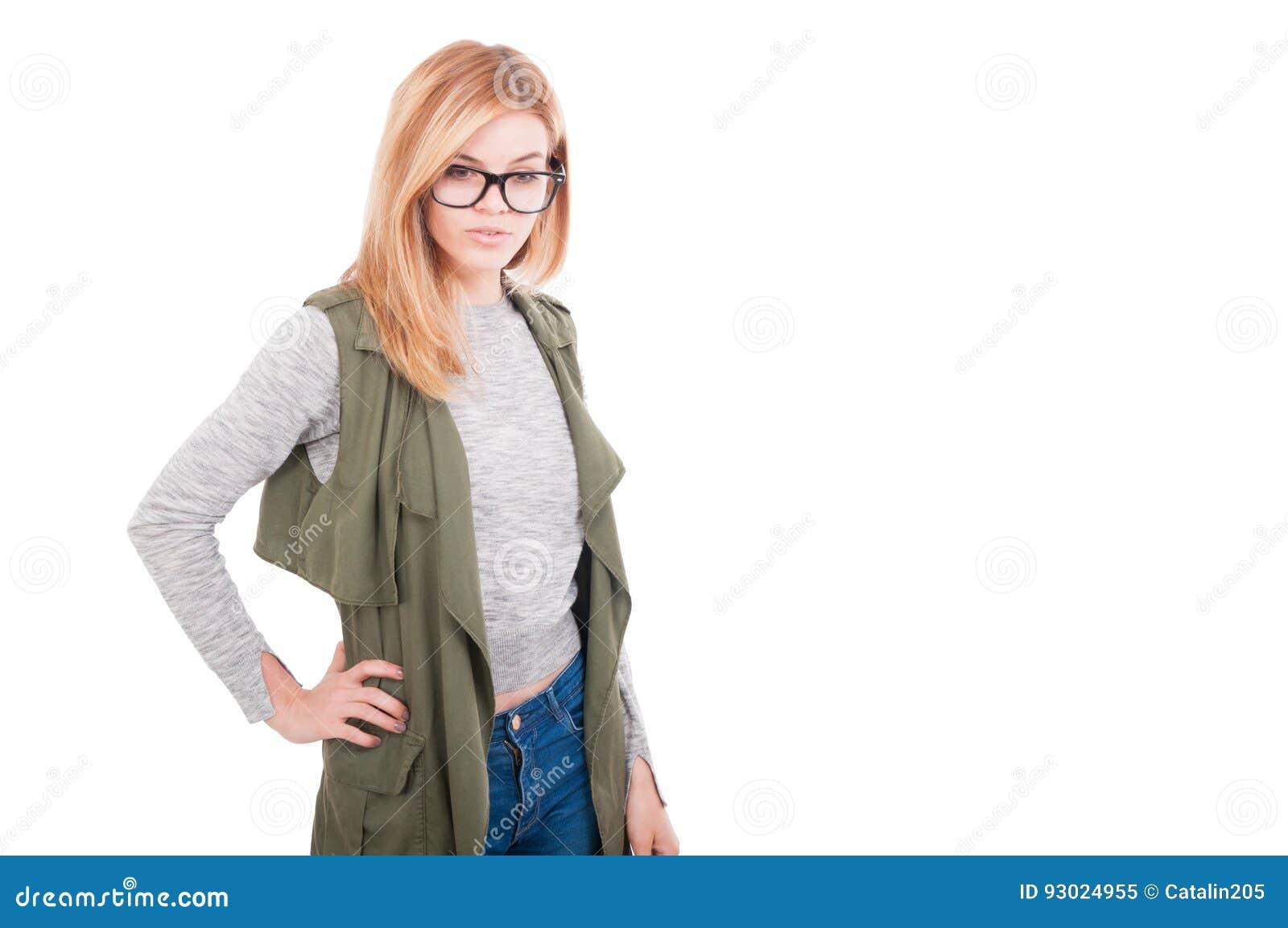 Presentación femenina rubia elegante de la belleza en ropa de moda