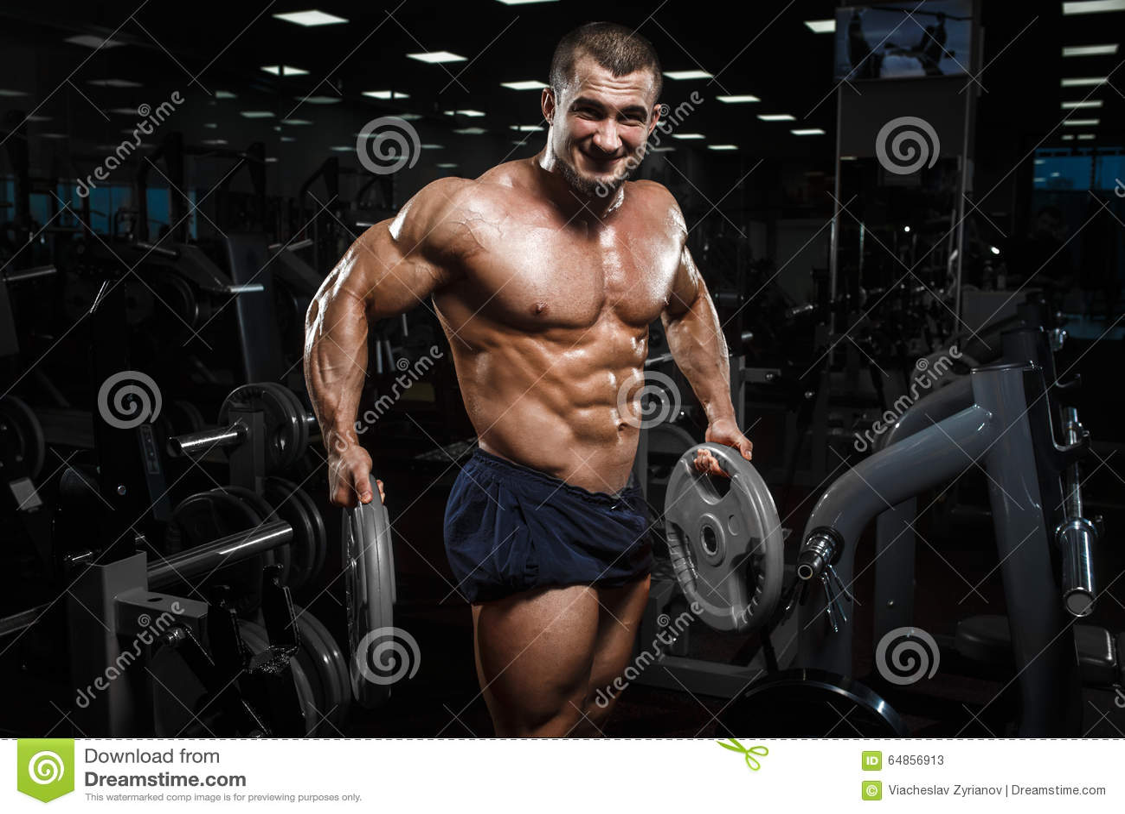 Presentación modelo de la aptitud atlética muscular del culturista después de exercis