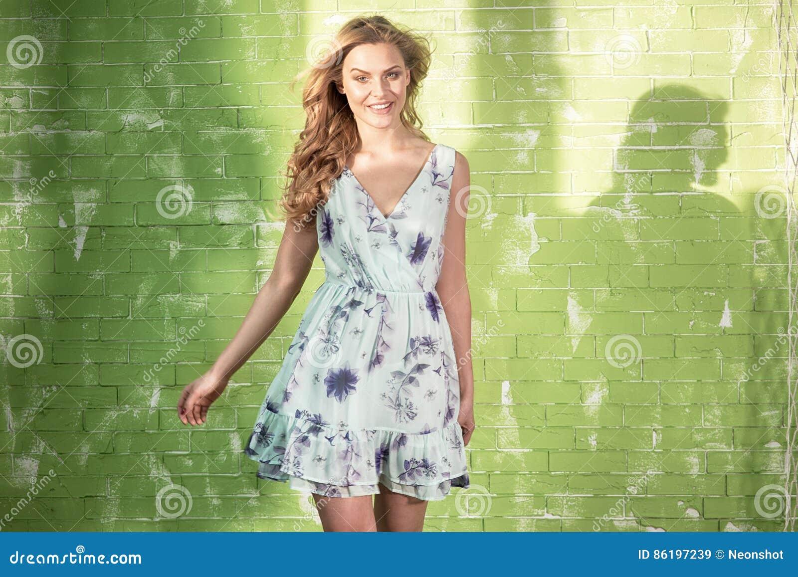 Presentación rubia sonriente de la mujer