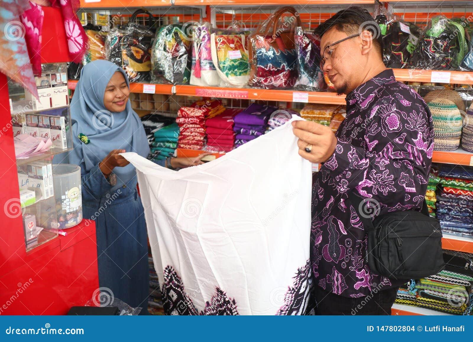 Presentaff?r i Banjarmasin, med en variation av lokala specialitetprodukter