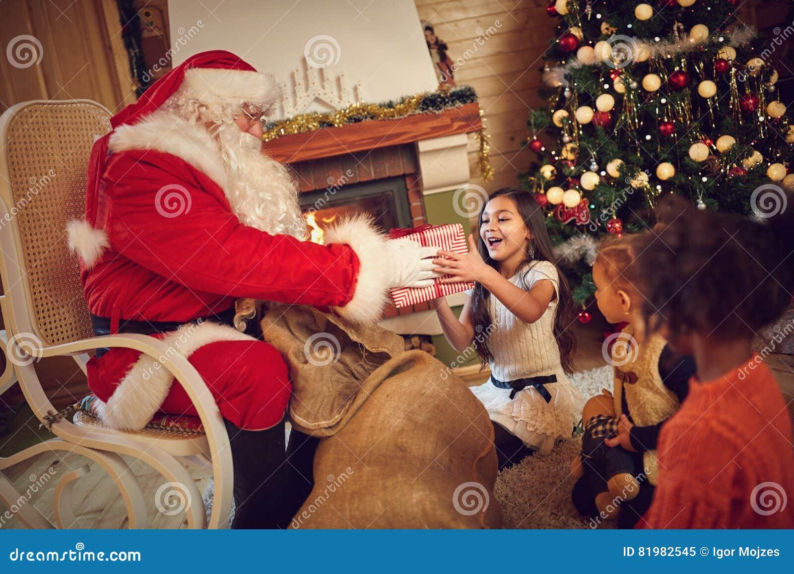 Presente alegremente tomado da menina de Santa Claus
