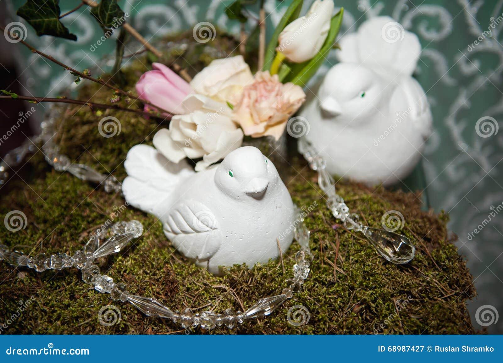 Presente el ajuste para casarse o el evento con las palomas