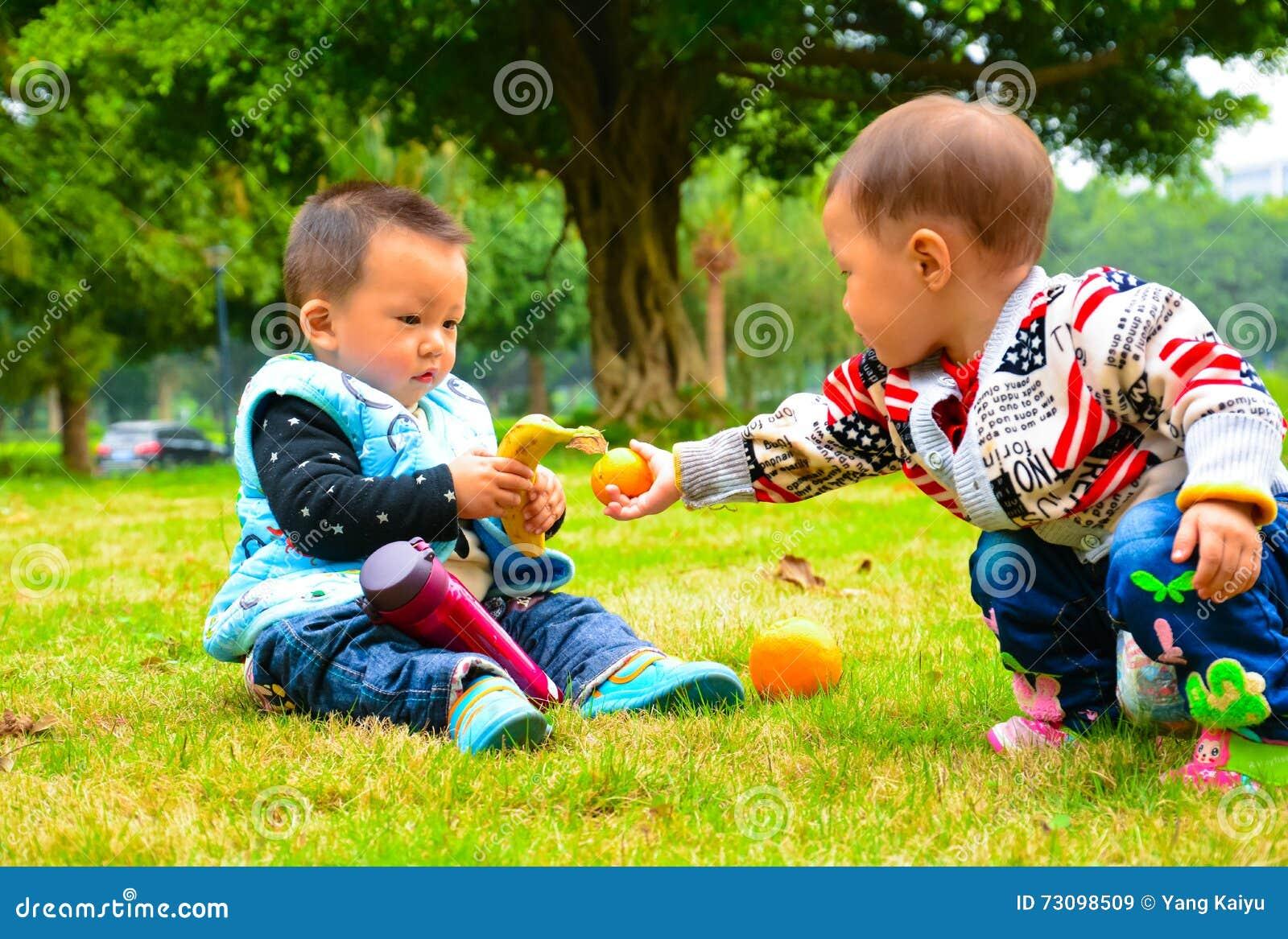 Presente entre a amizade da infância das crianças