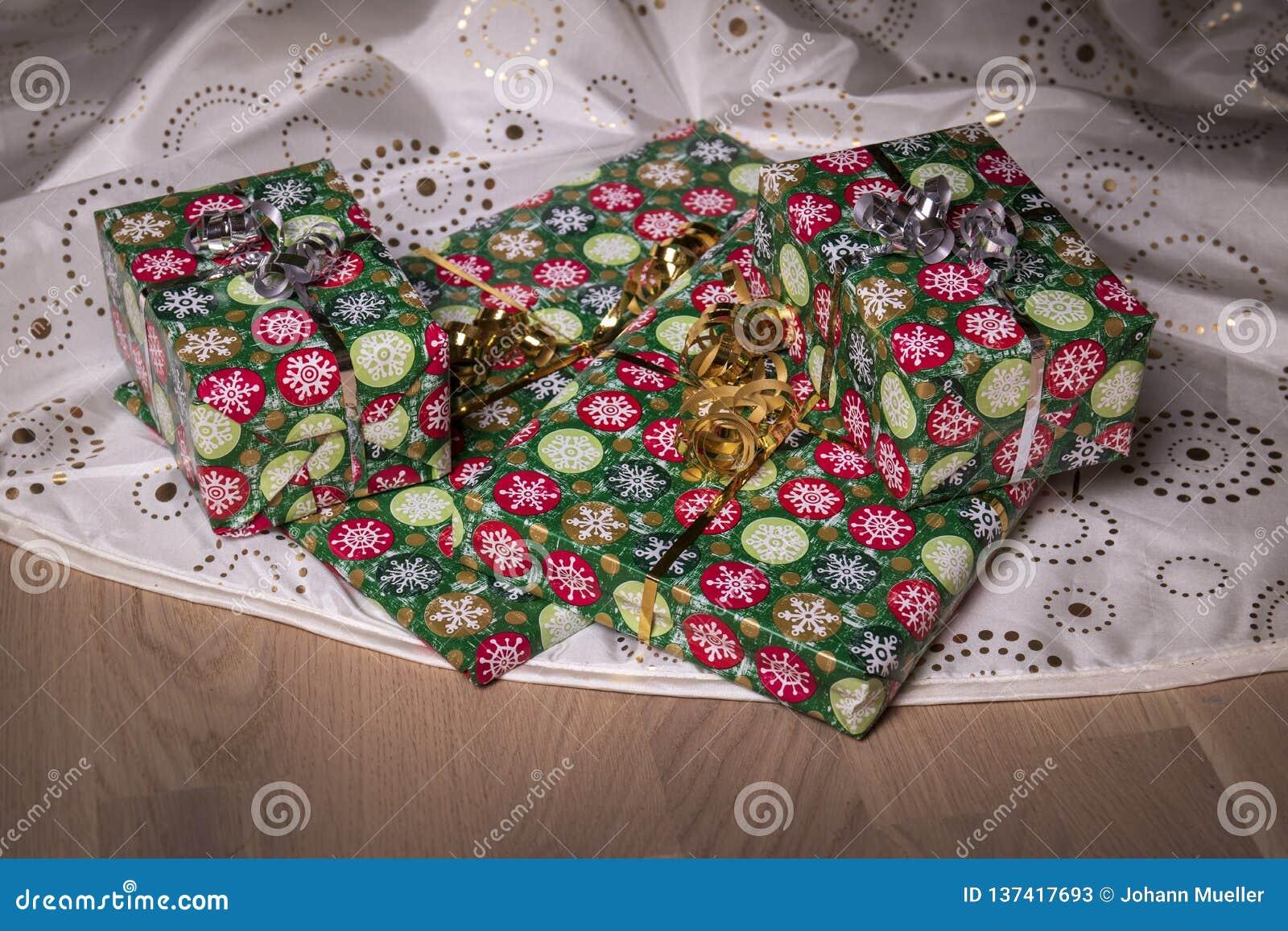Presente sotto l albero di Natale sul pavimento