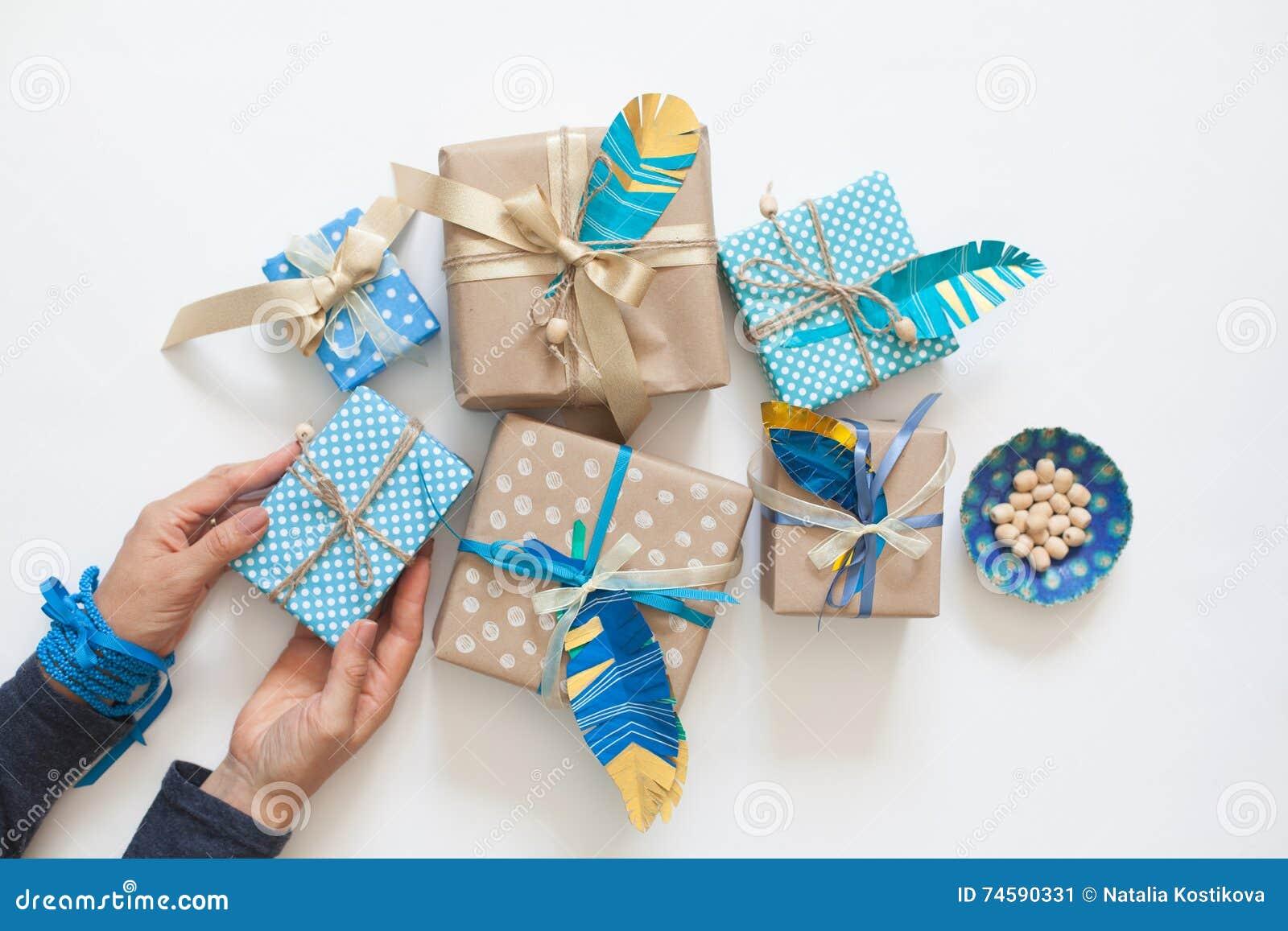 Presentes do bloco das mulheres na fita do papel de embalagem Vista de acima