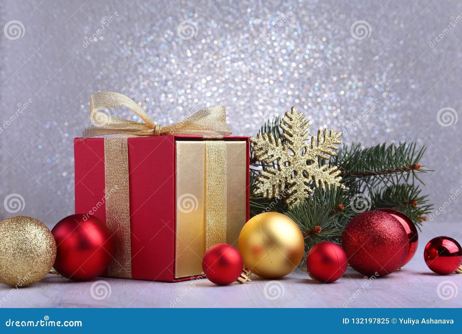 Presentes do Natal A decoração do Natal com presentes e a bola vermelha com abeto ramifica
