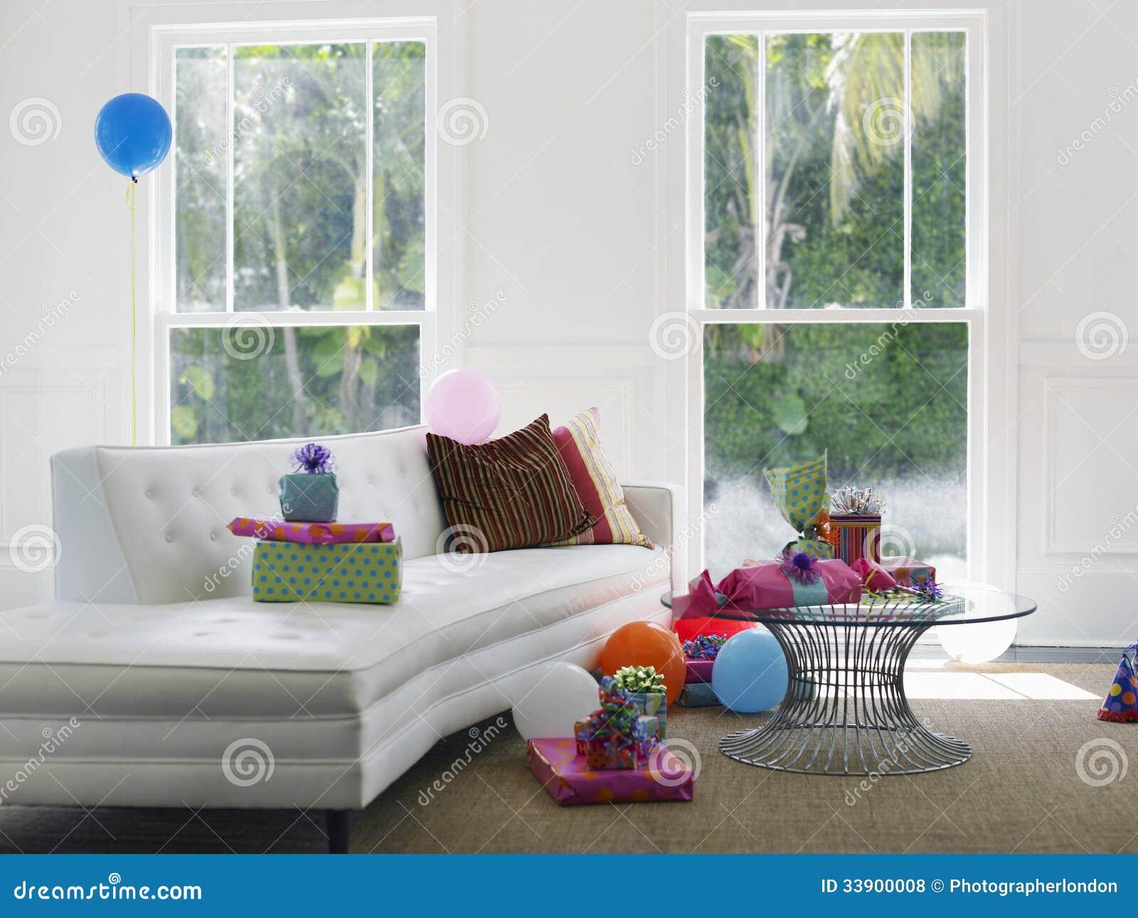 Presentes e balões na sala de visitas