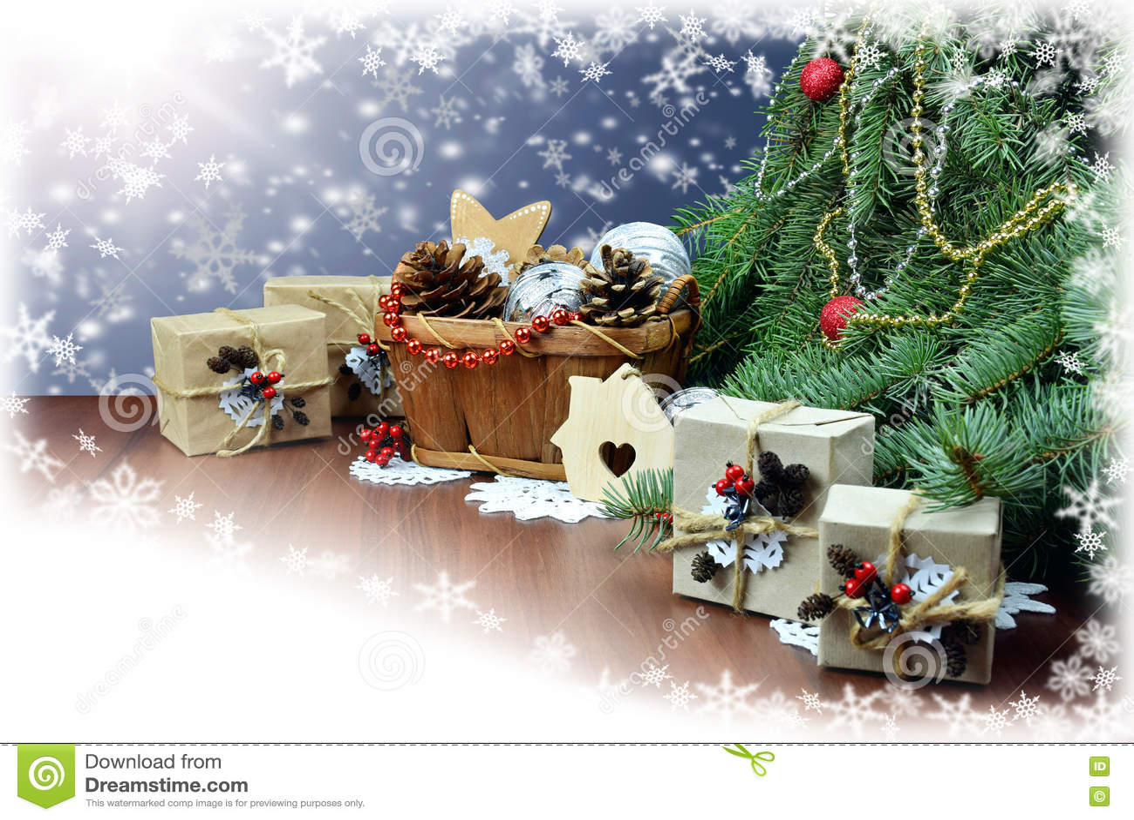 Presentes e decoração do Natal sob os ramos de um Natal