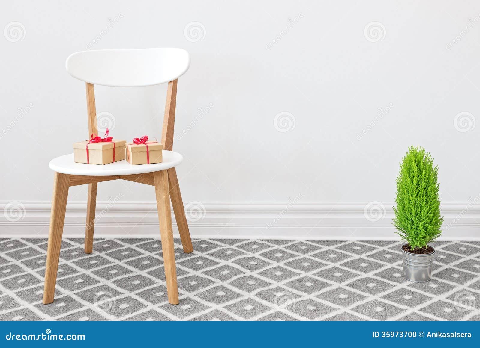 Presentes en una silla blanca, y poco árbol verde