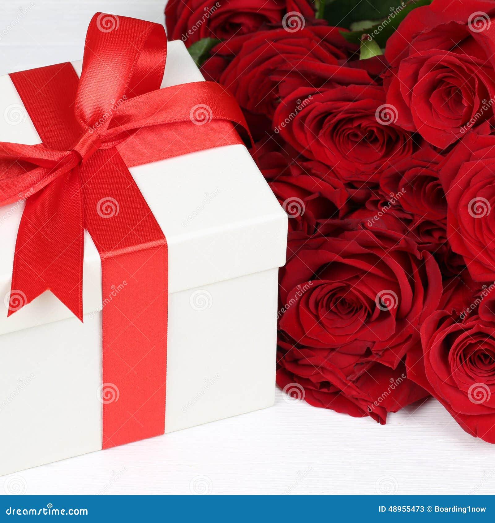 Presenti Con Le Rose Per I Regali Di Compleanno La D Della Madre O