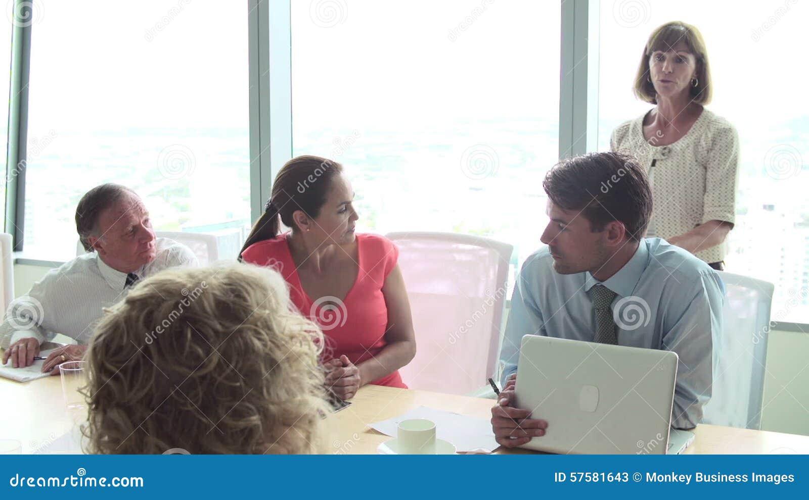 Presidente De Motivación Que Habla Con Los Empresarios En La Sala De Reunión