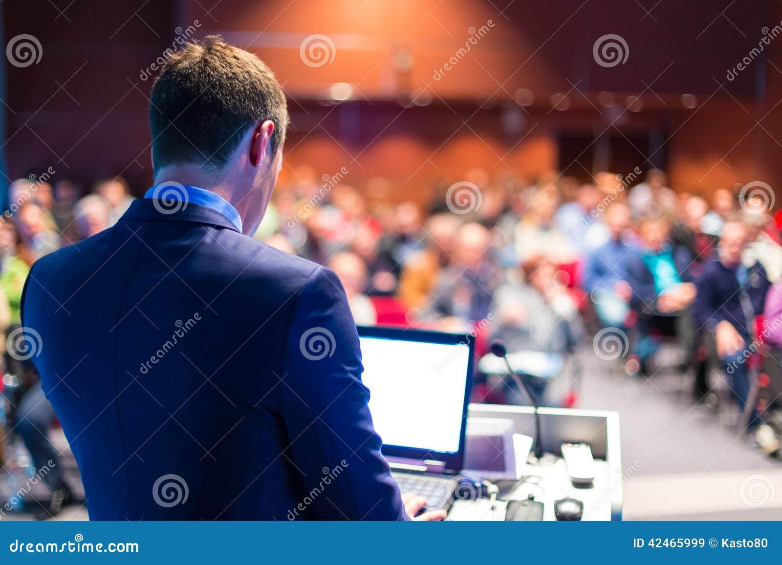 Presidente en el congreso de negocios y la presentación
