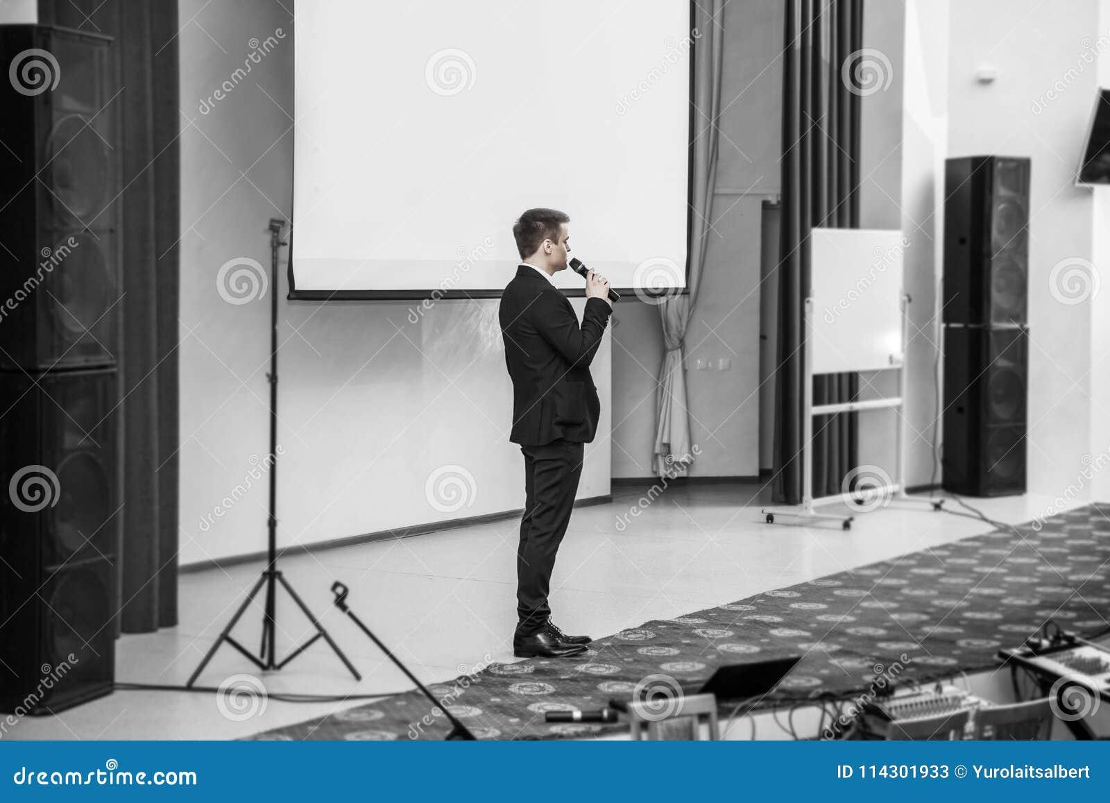 Presidente en los congresos de negocios que se colocan delante del tablero para las presentaciones del negocio