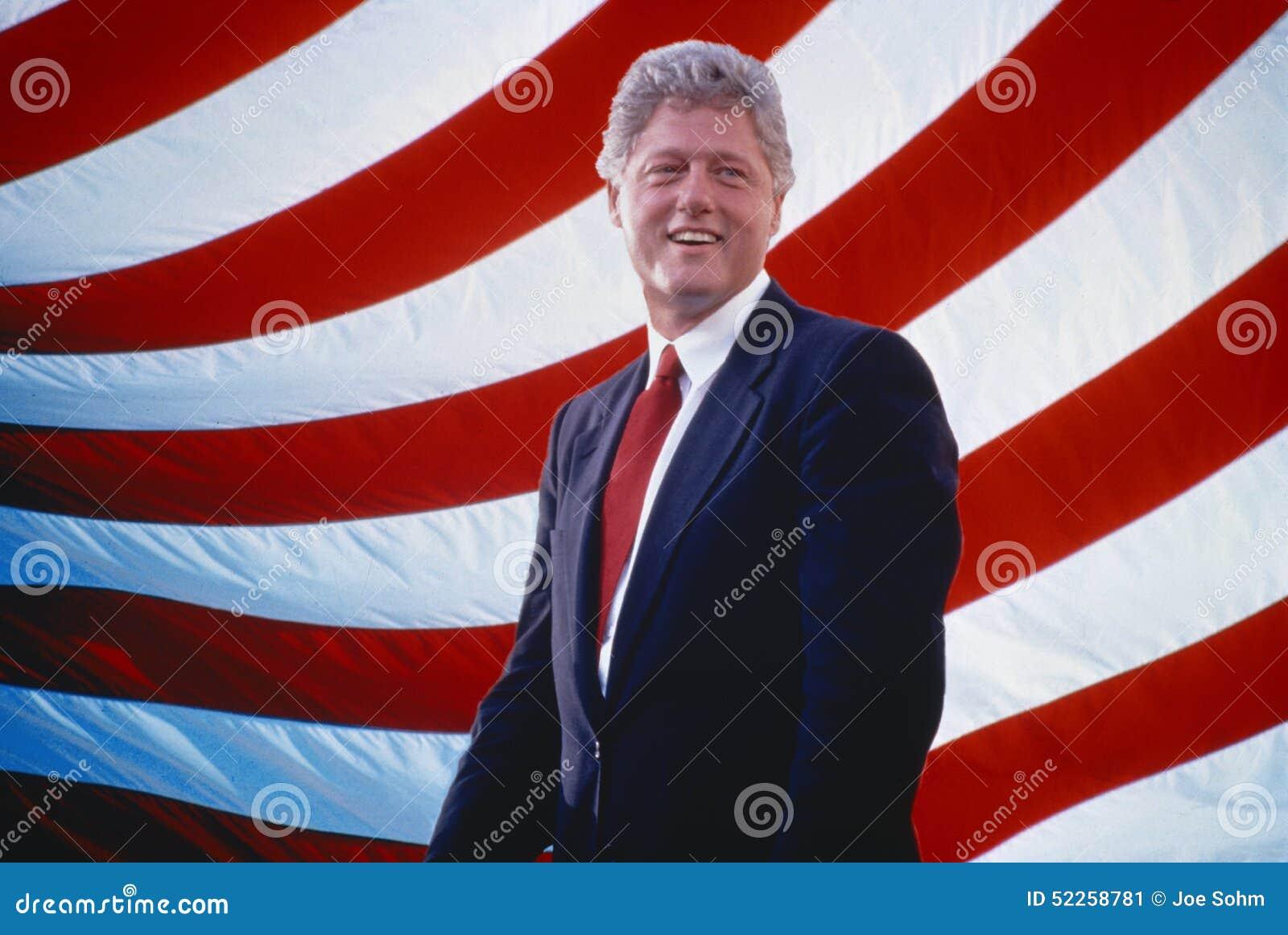 Presidente William Jefferson Clinton delante de rayas de la bandera americana