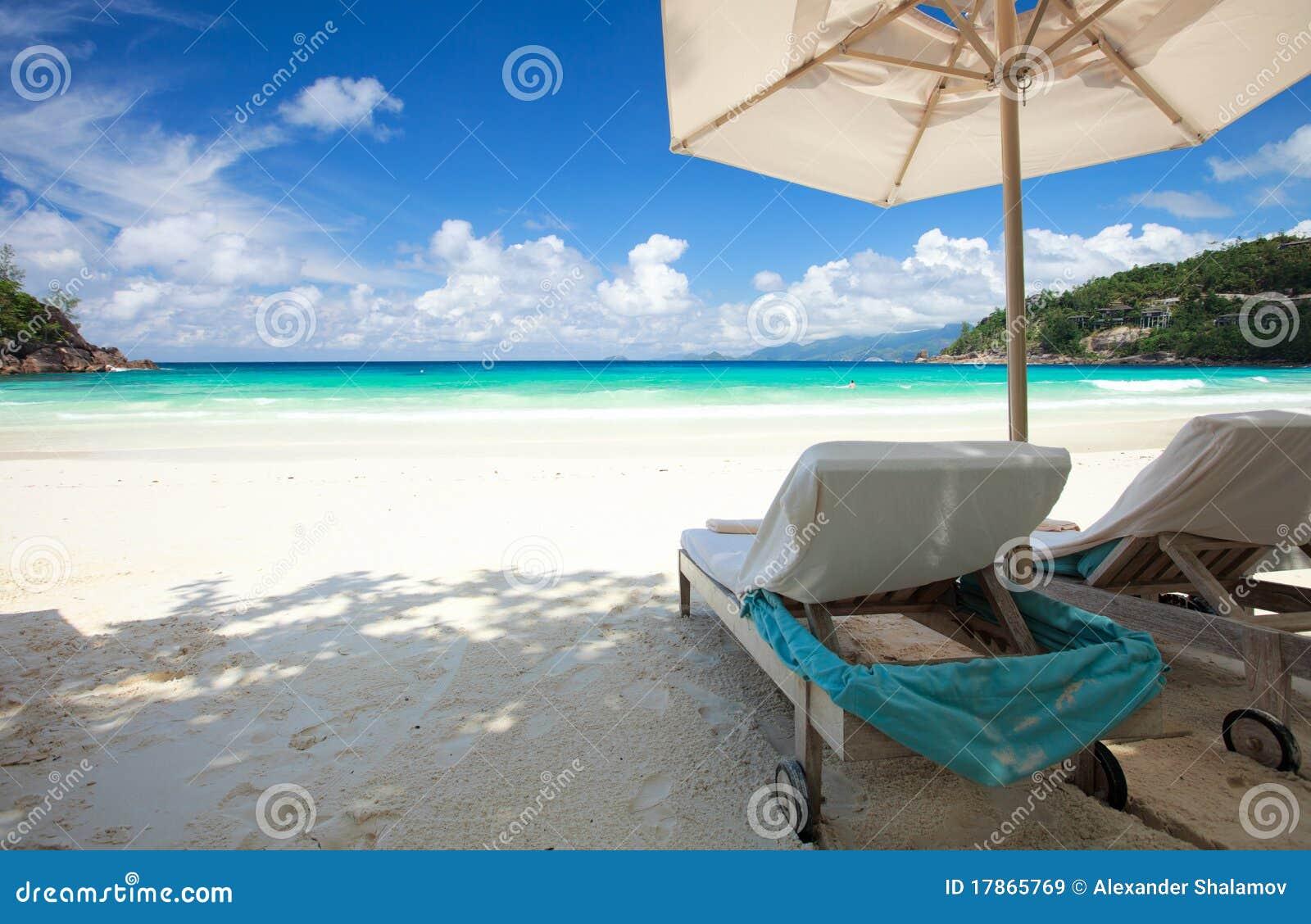 Presidenza di spiaggia sulla spiaggia tropicale immagine for Disegni di casa sulla spiaggia tropicale