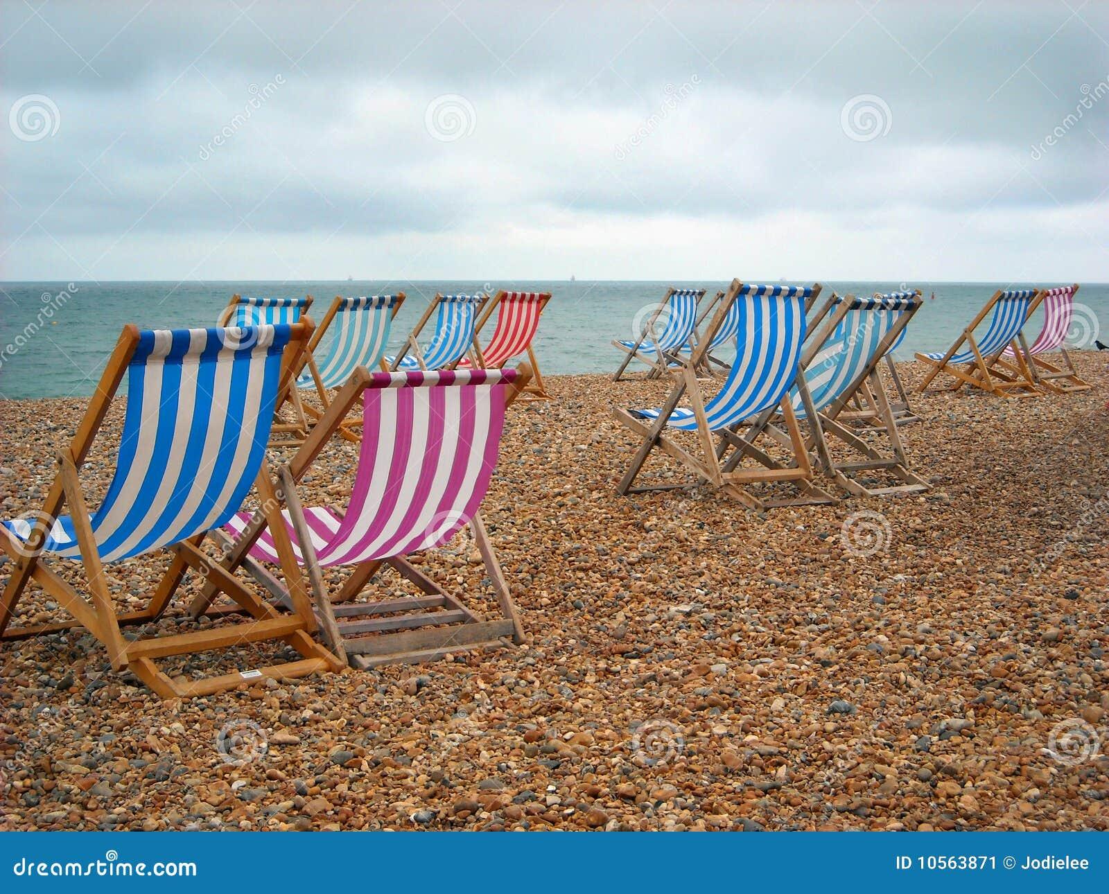 Presidenze di spiaggia sul puntello a Brighton Inghilterra