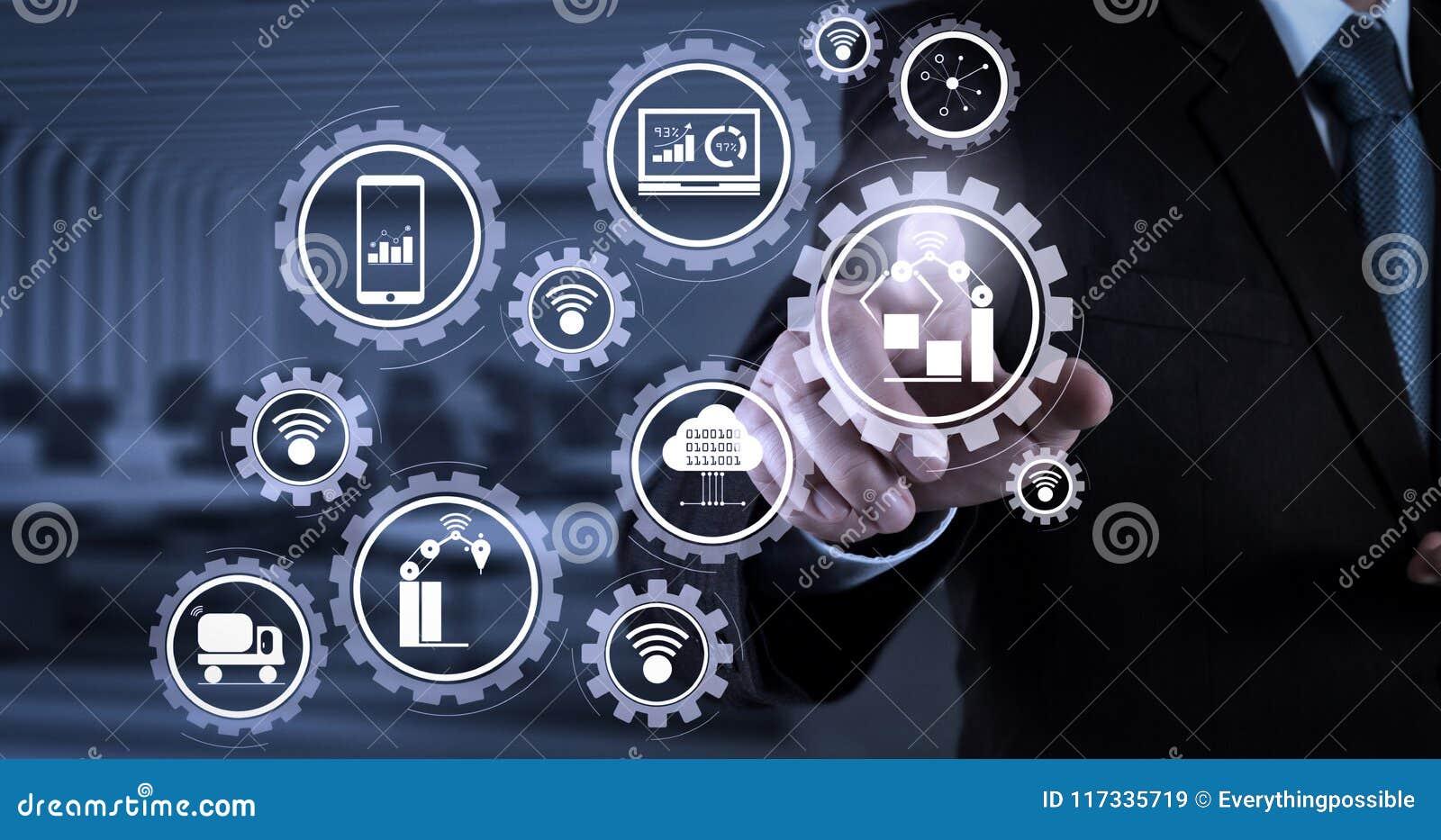 Presionado a mano del hombre de negocios un botón imaginario