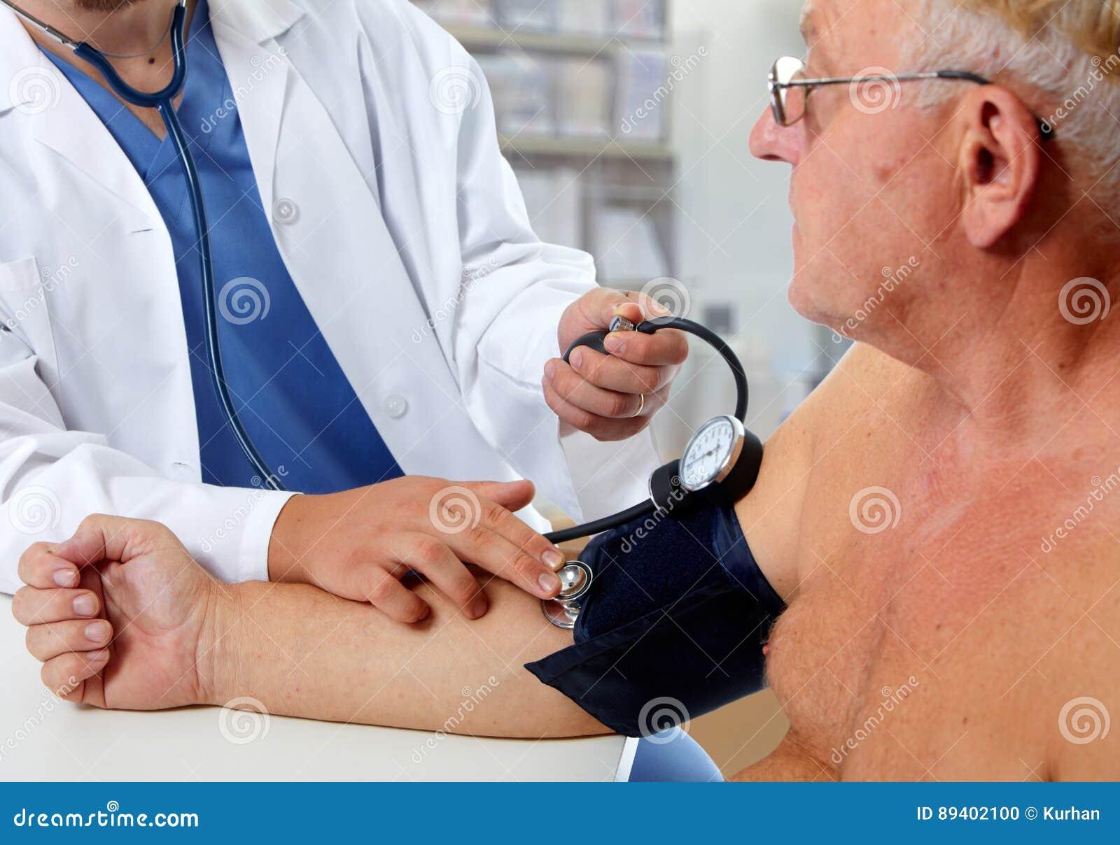 Pressão sanguínea de medição do doutor com sphygmomanometer