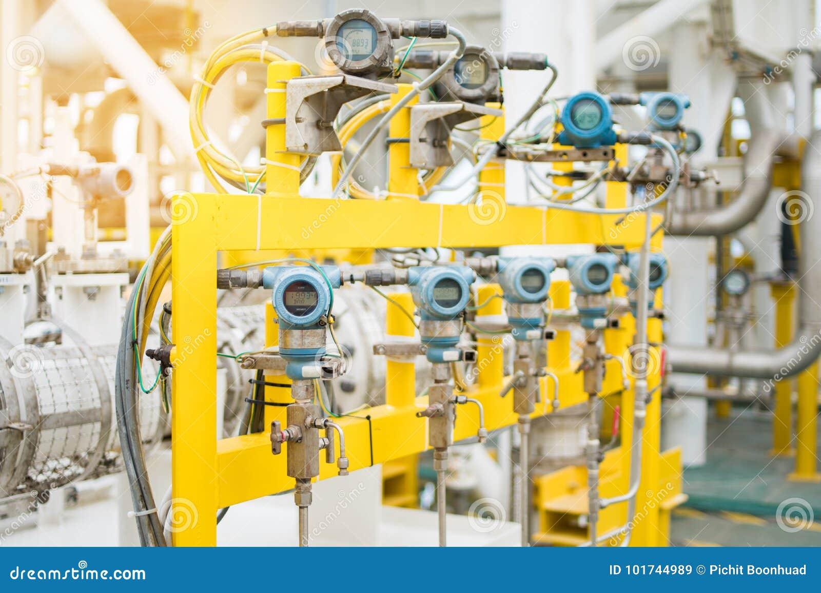 Pressão, temperatura, transmissor do diferencial e de fluxo para o monitor e valor de medição enviado ao controlador programável