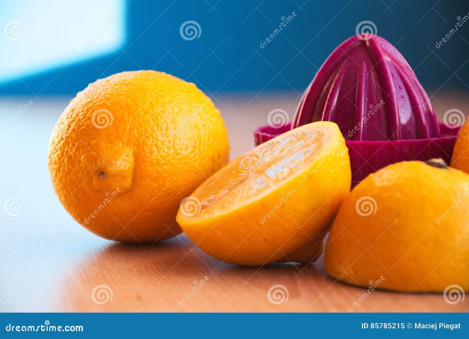 Press med citroner som ligger på en trätabell