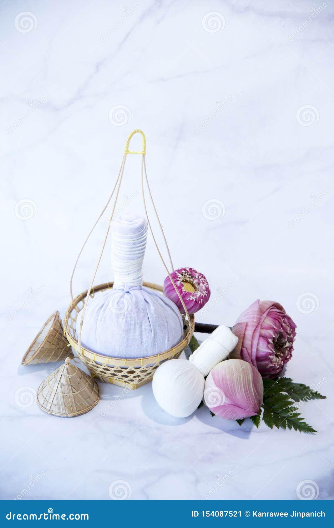 Pressa bollen, brunnsortmassagen, växt- kompressboll med samman, Lotus Flower - skönhetbegreppet, brunnsorttemaobjekt på vit bakg