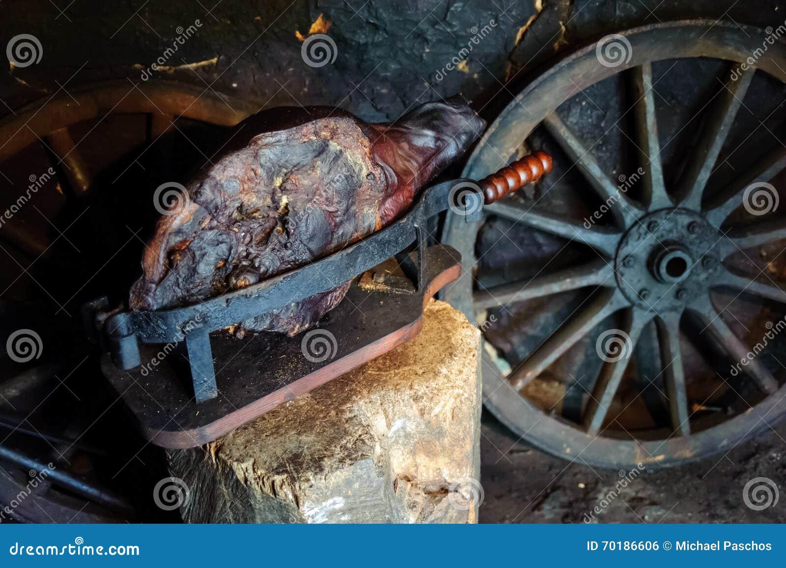 Pressande rökt skinka i smokehouse