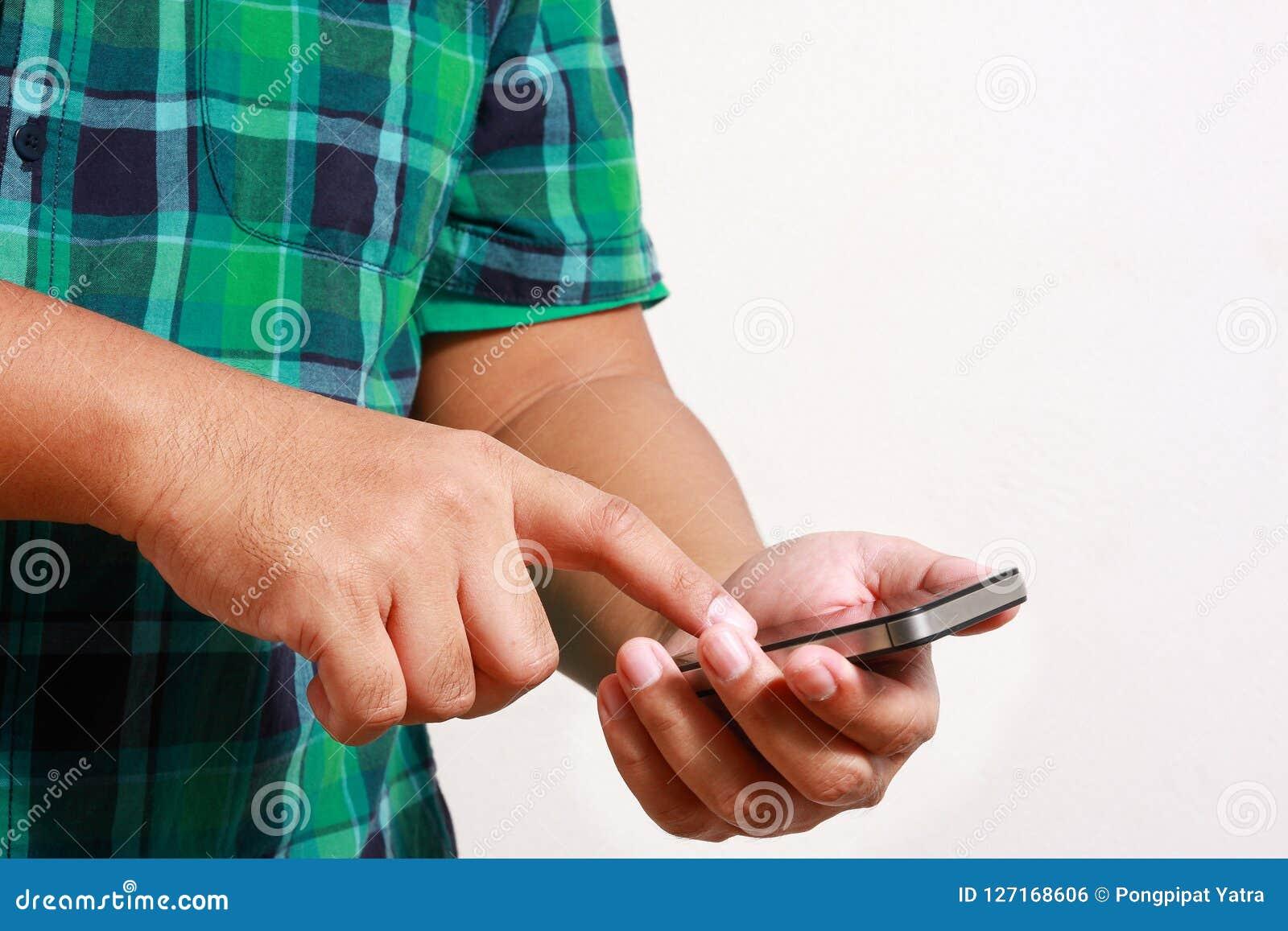 Presse de type le téléphone pour entrer en contact avec le contexte blanc
