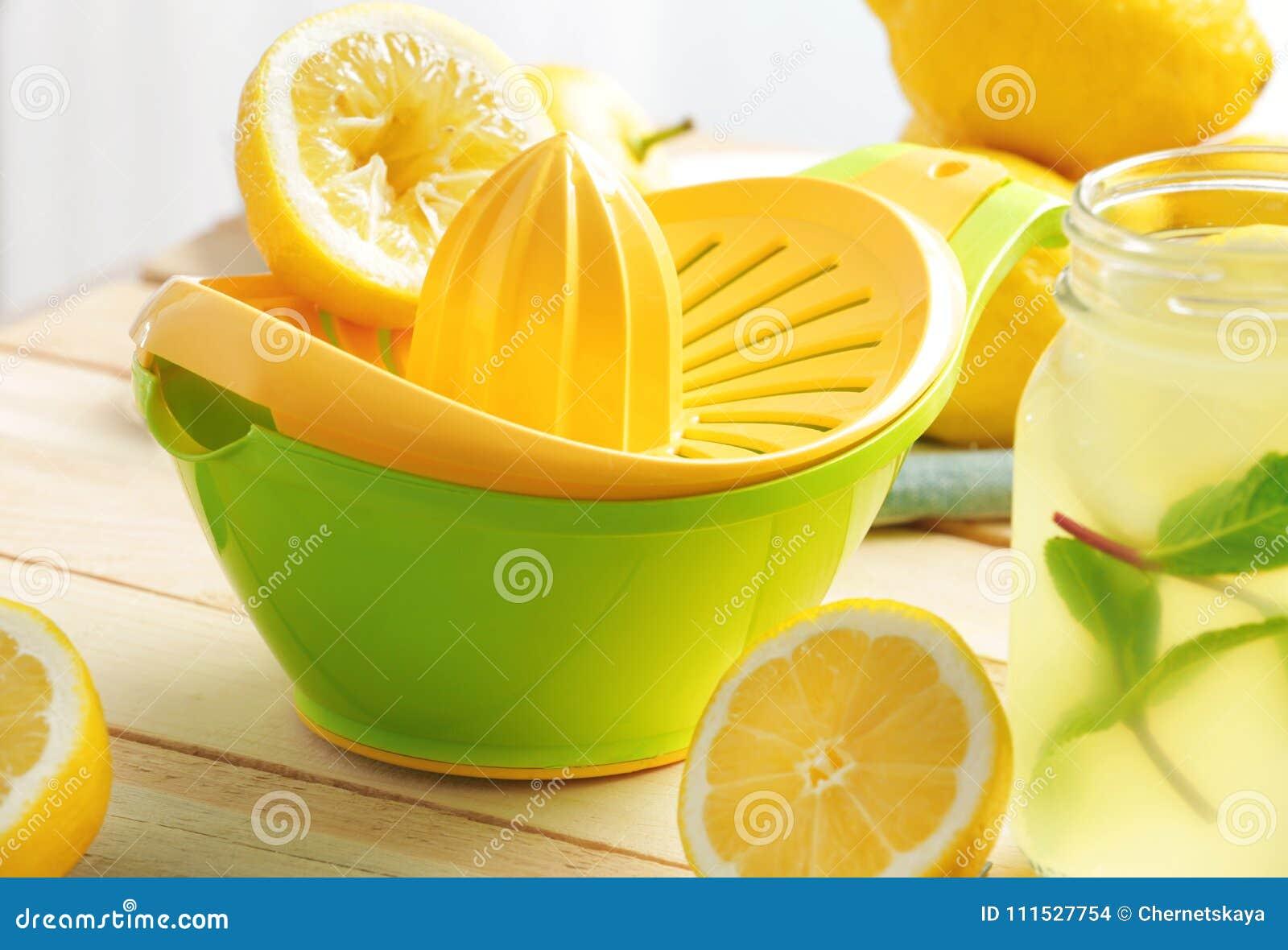 Presse fruits Et Jus De Citron Dans Le Pot De Maçon Photo