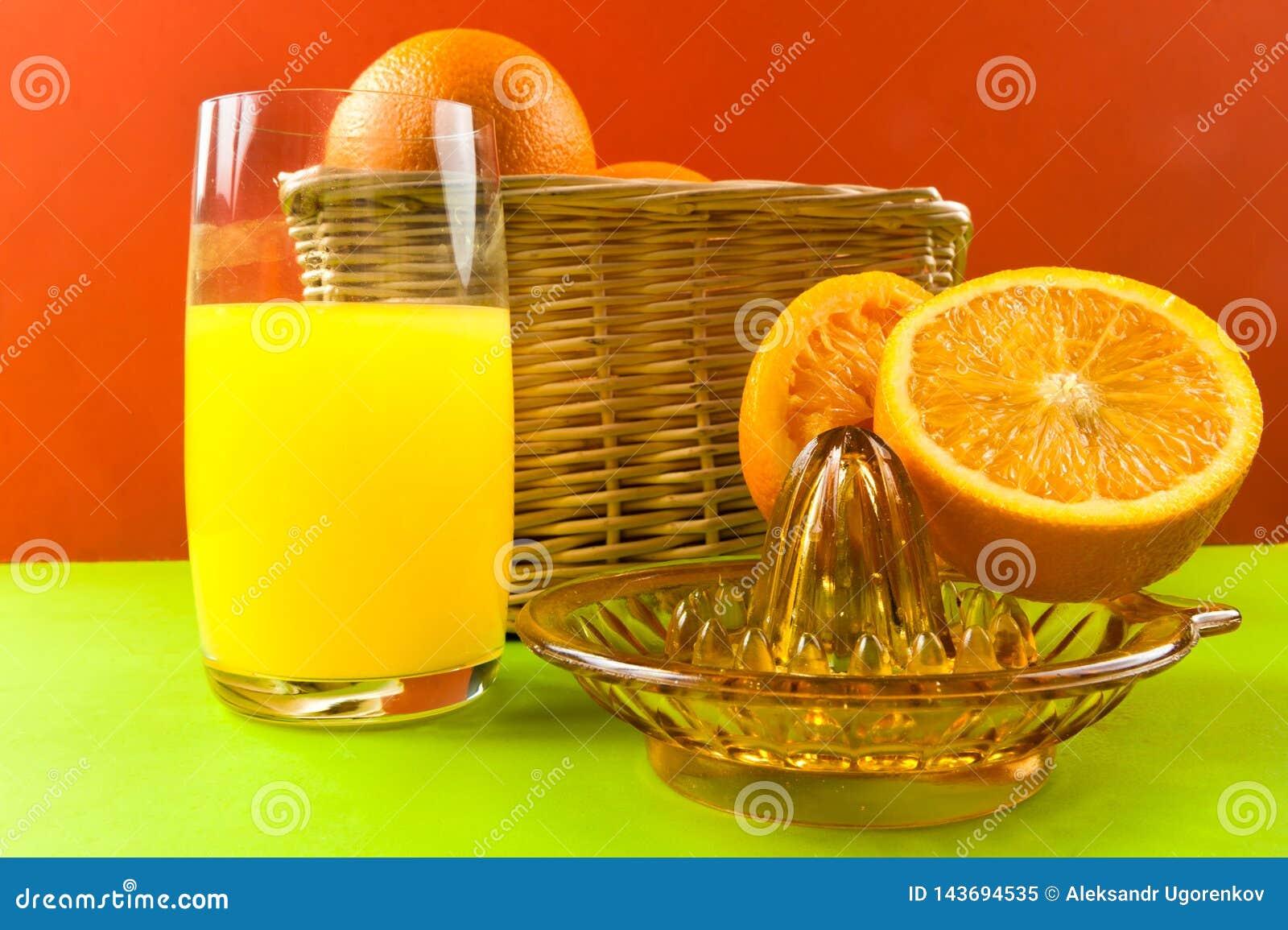 Presse-fruits manuel avec des oranges de panier