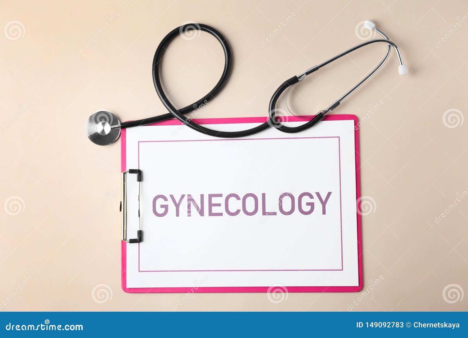 Presse-papiers avec la gynécologie de mot et stéthoscope sur le fond de couleur