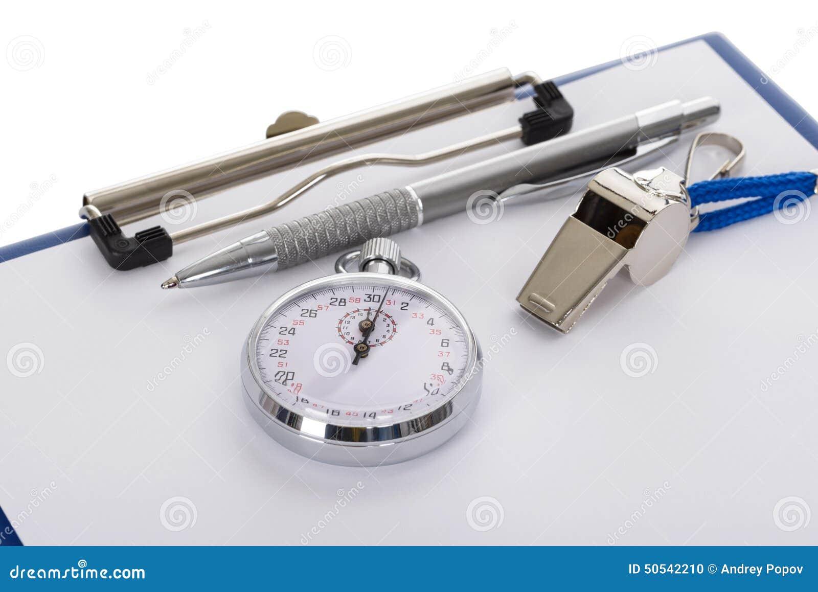 Presse-papiers avec le sifflement ; stylo ; papier et chronomètre