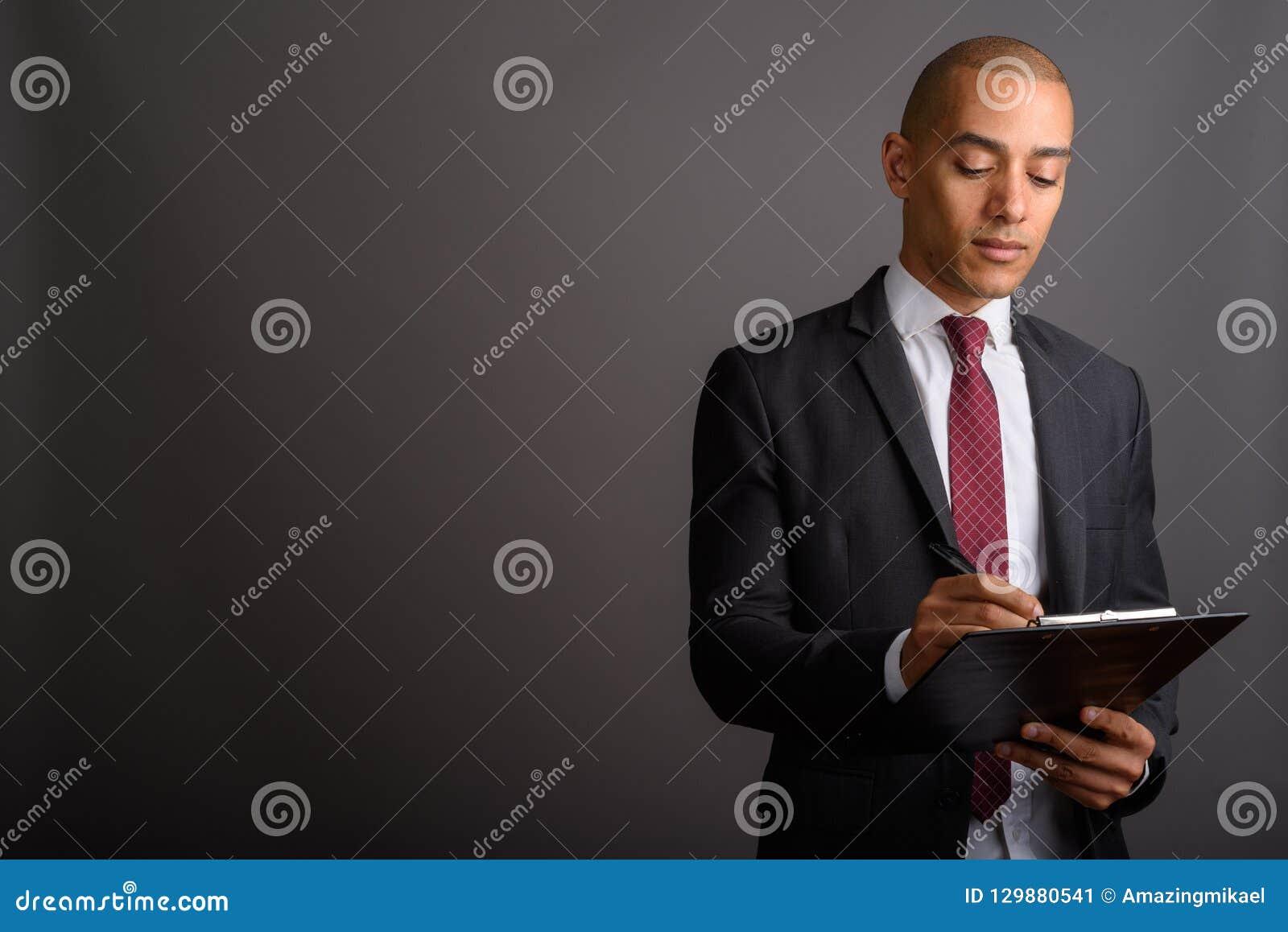Presse-papiers chauve beau et planification de participation d homme d affaires