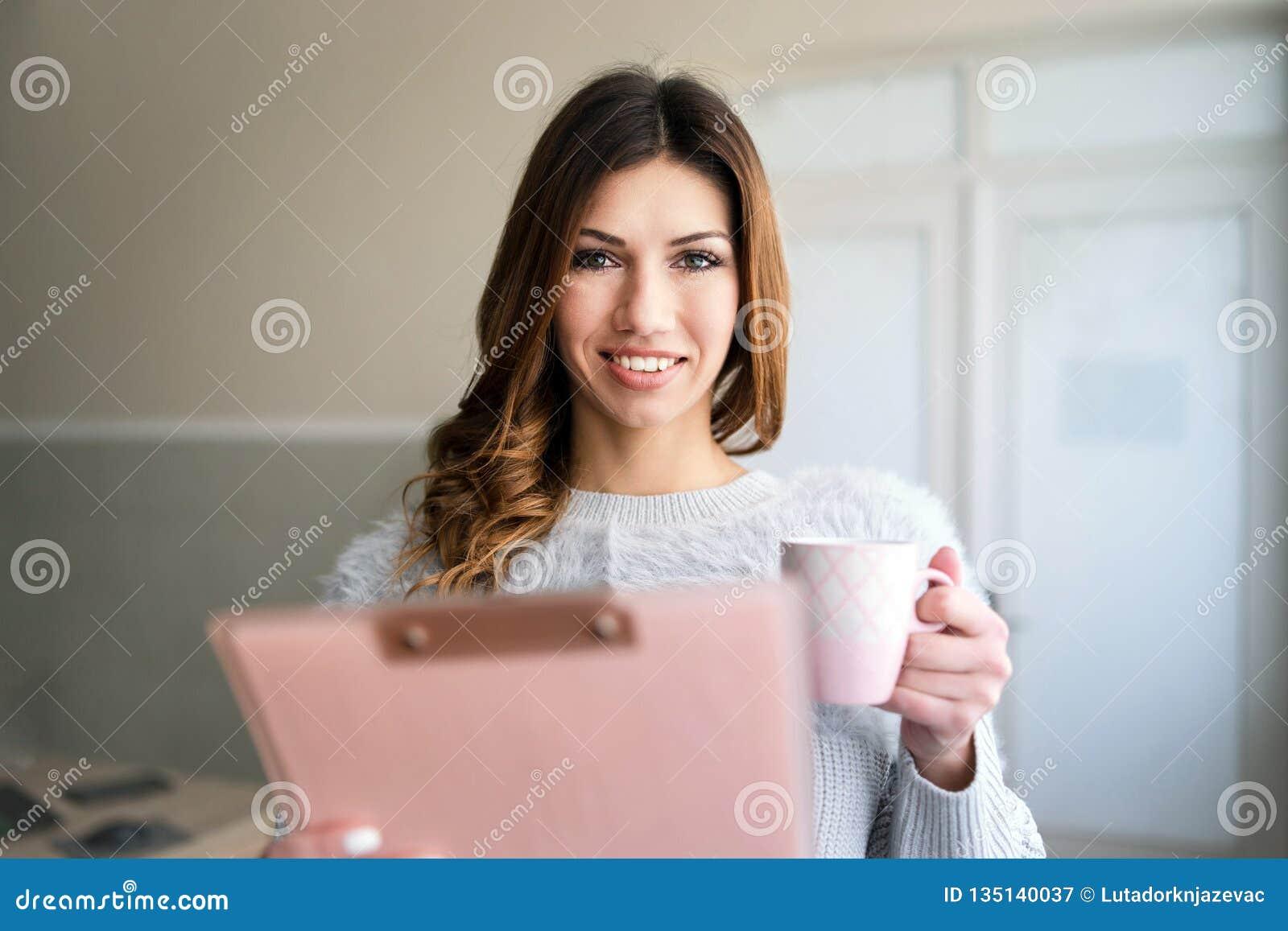 Presse-papiers de participation de jeune femme par la fenêtre au travail