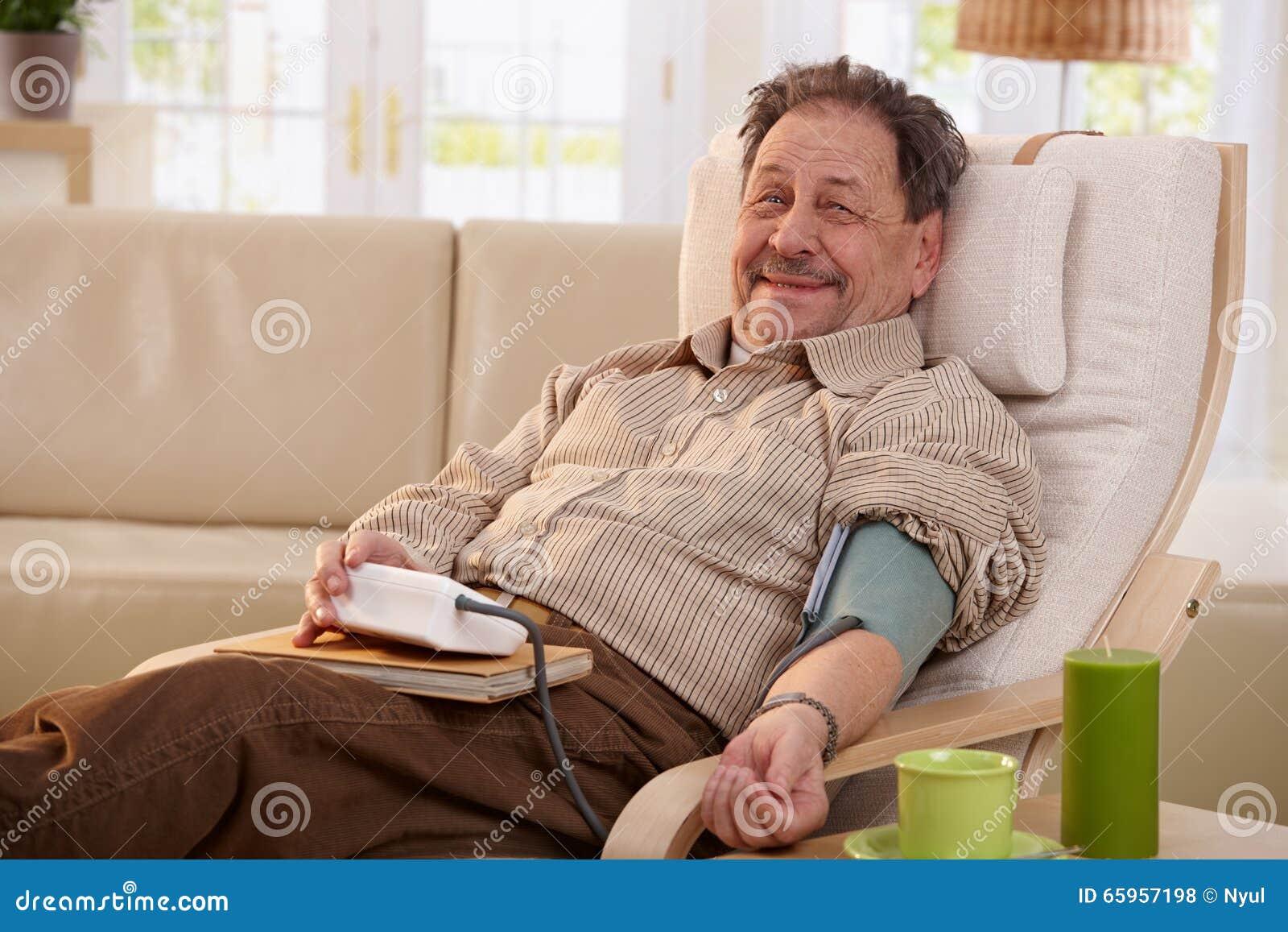 Pressione Sanguigna Di Misurazione Dell'uomo Anziano..