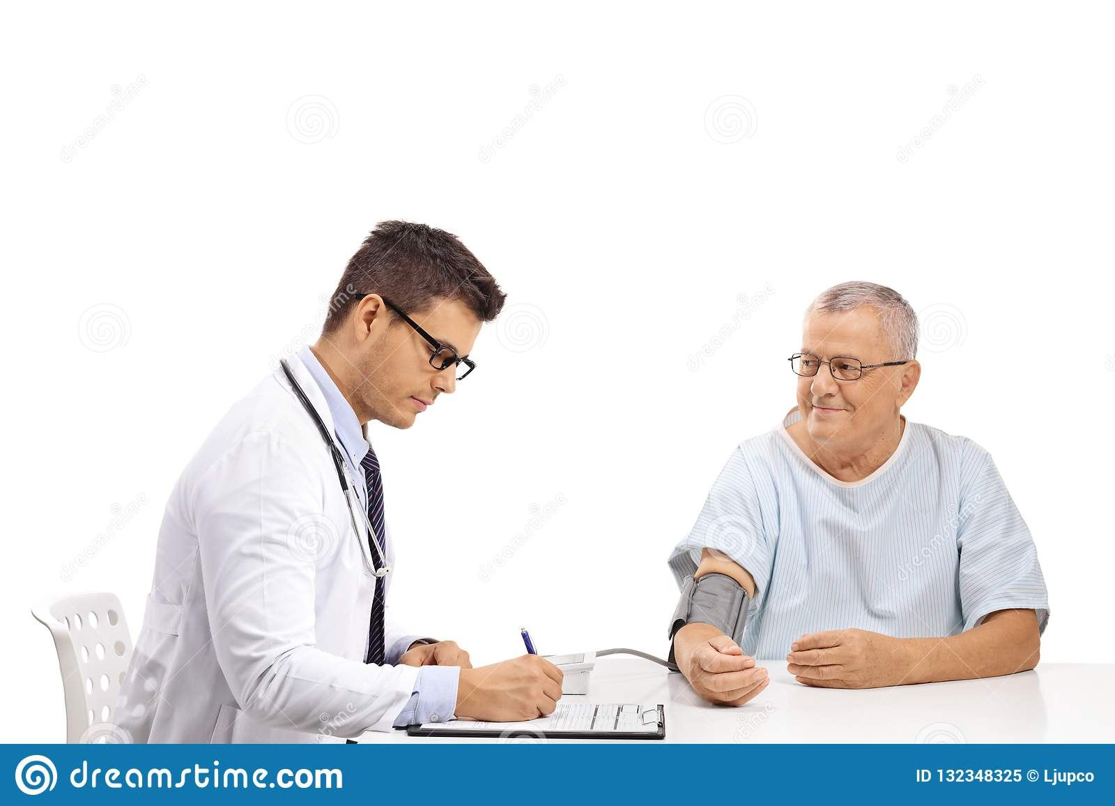 Pressione Sanguigna Di Misurazione Di Medico Ad Un..