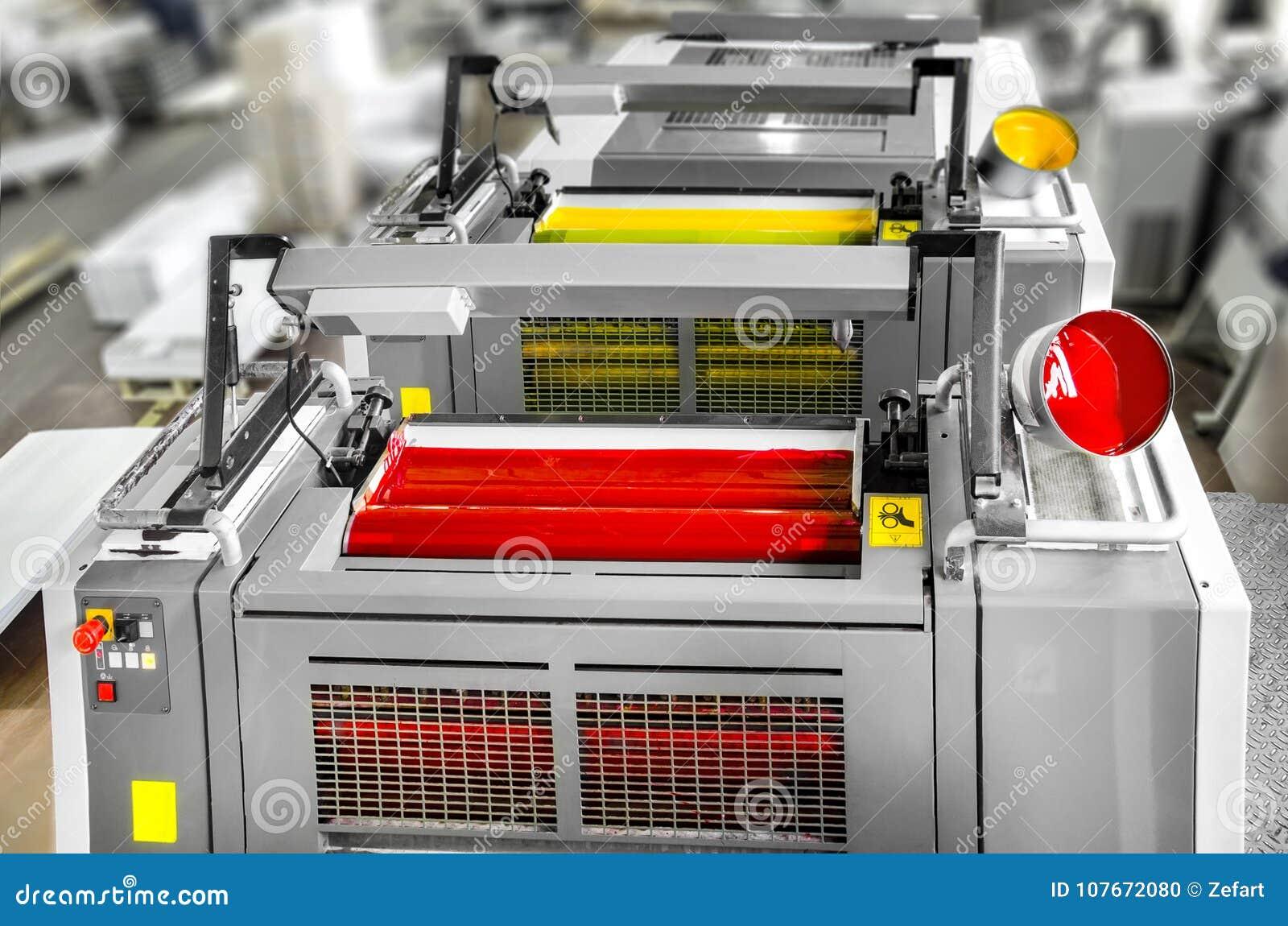 Pressprinting - offset- maskindetalj Magentafärgade och gula enheter