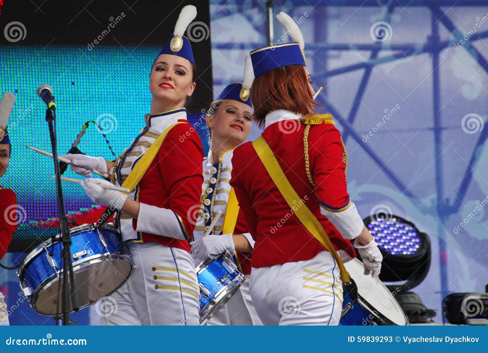 Prestaties mooie actrices van het de groepsensemble van het showorkest van slagwerkersextravagantie