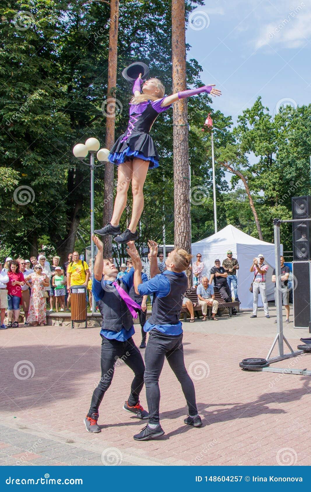 Prestaties van een groep turners bij het Jomas-straatfestival Open toegang, geen kaartjes