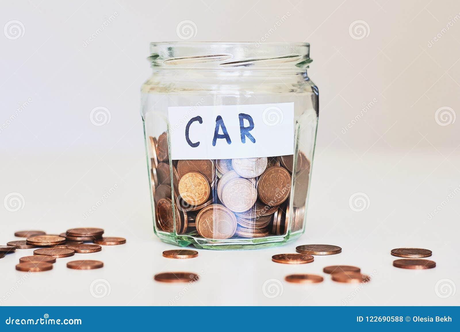 Prestito di automobile, concetto dell assicurazione auto Barattolo di vetro in pieno delle monete e dell automobile di carta del